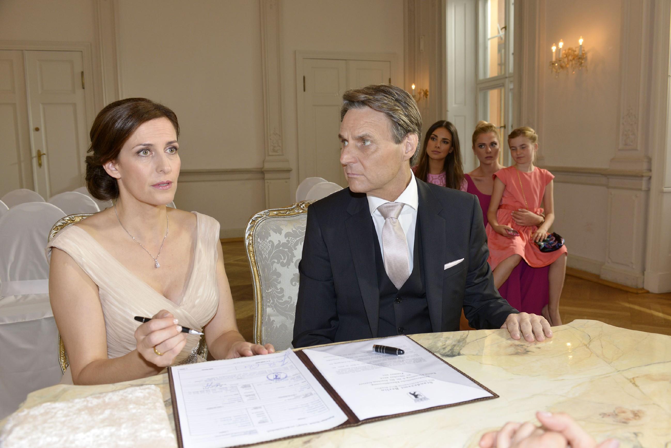 Gerner (Wolfgang Bahro) ist völlig perplex, als Katrin (Ulrike Frank, l.) sich in letzter Sekunde doch noch gegen die Hochzeit entscheidet. (Quelle: RTL / Rolf Baumgartner)