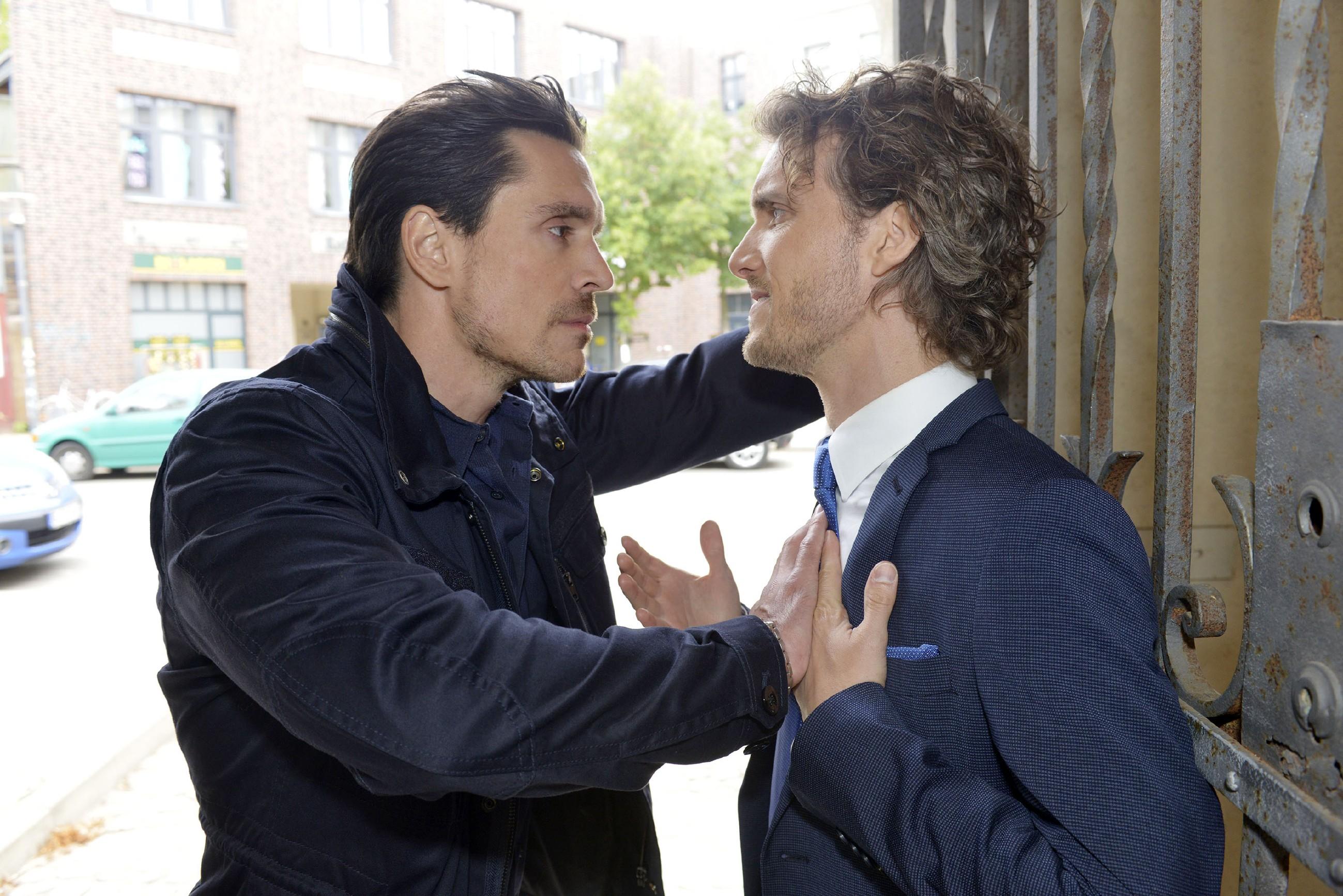 David (Philipp Christopher, l.) setzt Felix (Thaddäus Meilinger) unter Druck, endlich seine Forderungen zu erfüllen. (Quelle: RTL / Rolf Baumgartner)