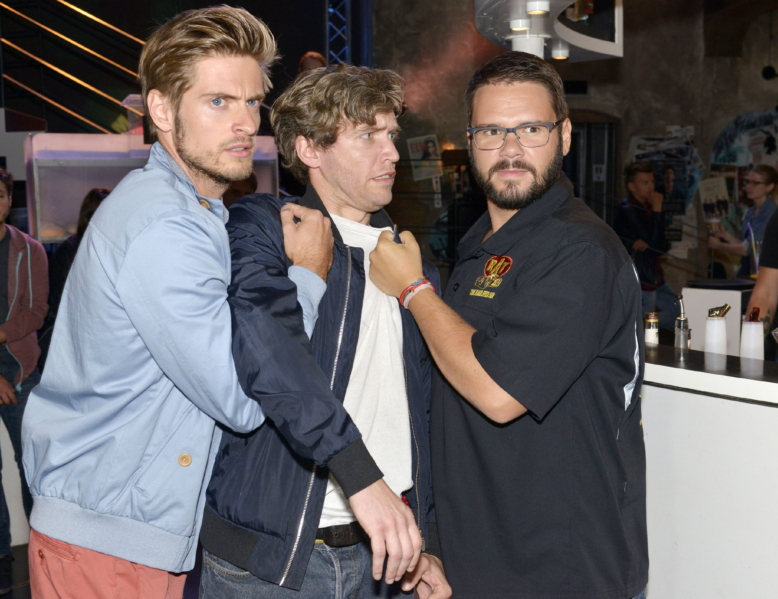 Philip (Jörn Schlönvoigt, l.) und Tuner (Thomas Drechsel, r.) schnappen sich einen jungen Mann (Komparse), den sie für den Identitätsdieb halten. (Quelle: RTL / Rolf Baumgartner)