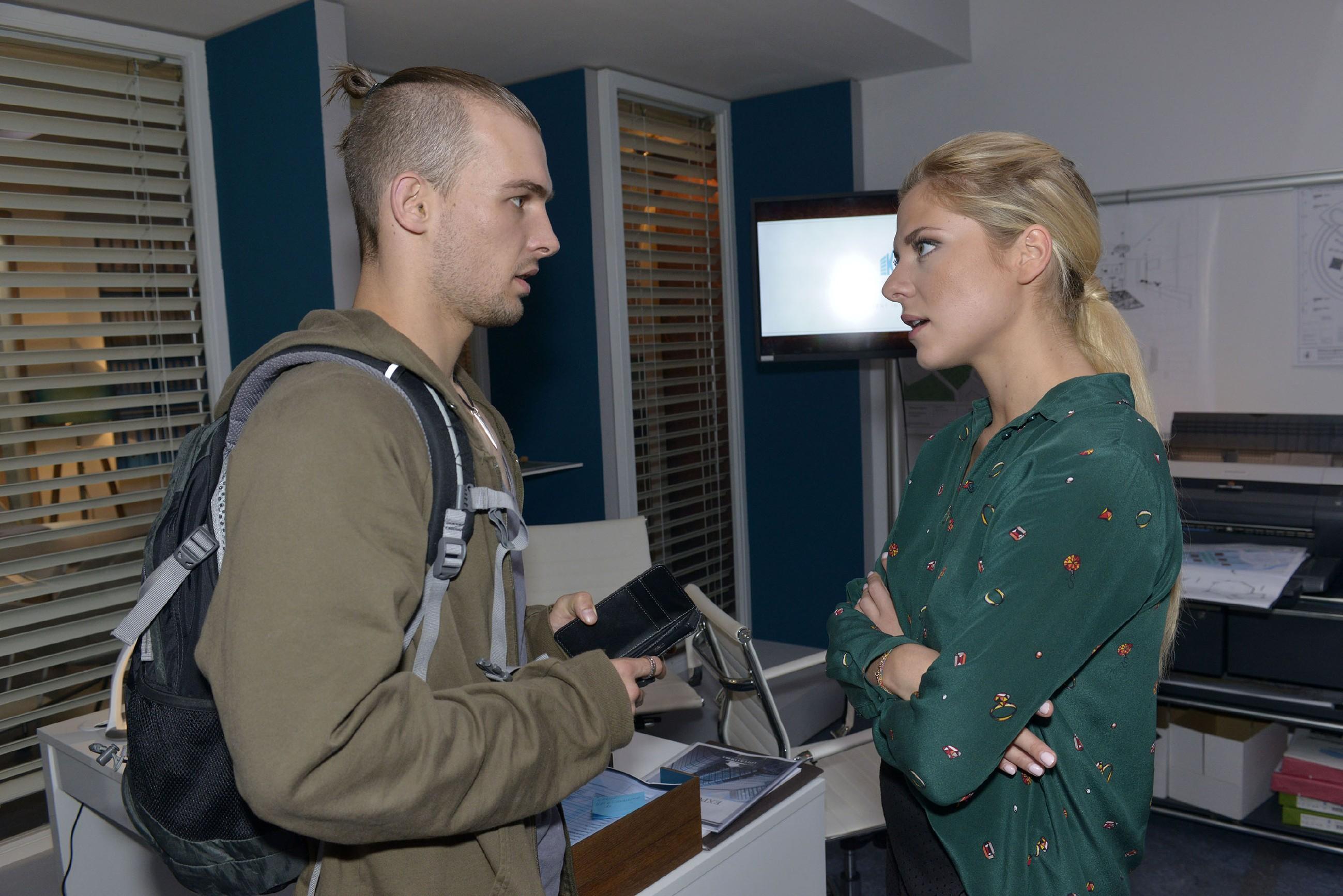 Sunny (Valentina Pahde) wird das Gefühl nicht los, dass Chris (Eric Stehfest) ihr hinterherschnüffelt. (Quelle: RTL / Rolf Baumgartner)