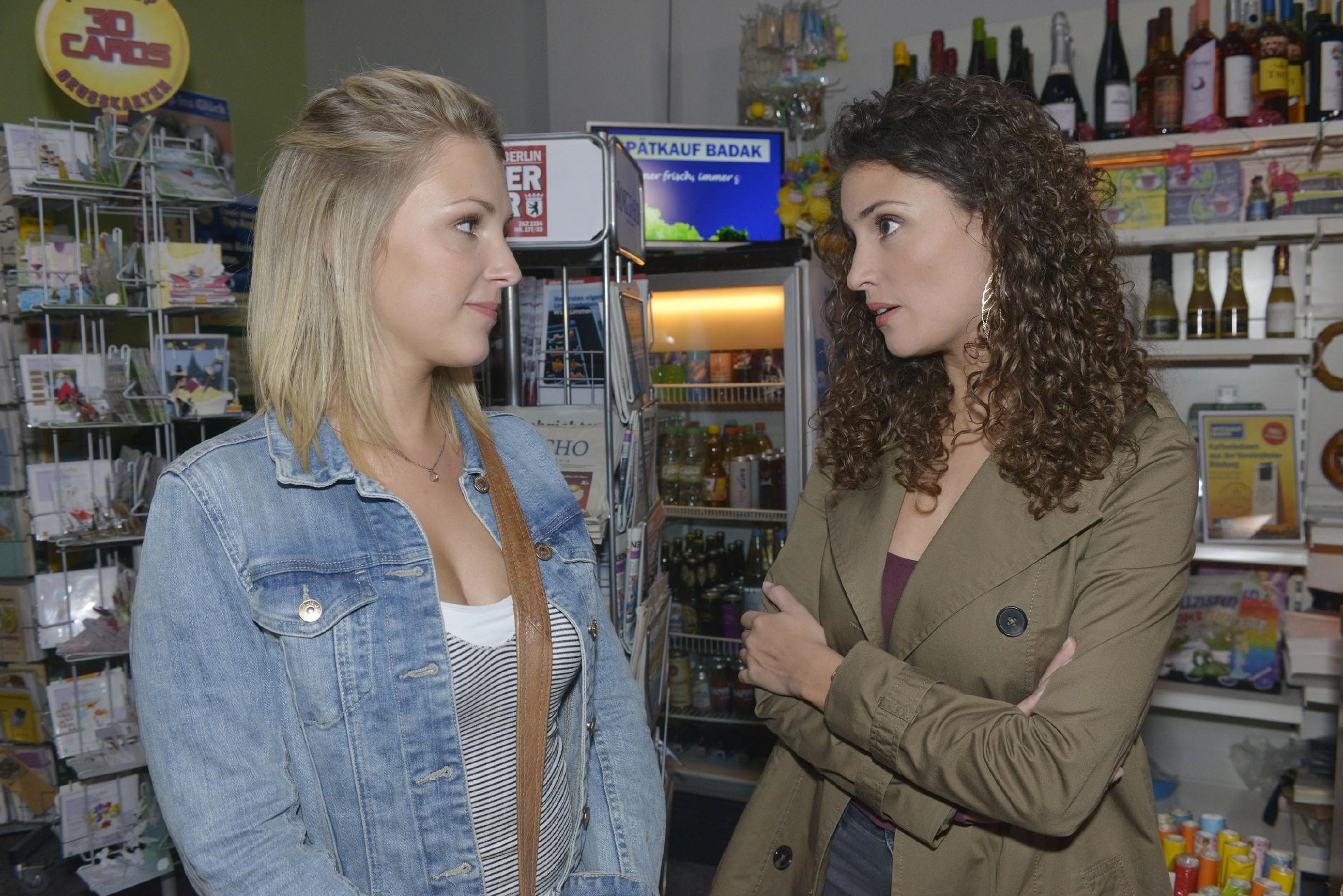Ayla (Nadine Menz, r.) versucht vor Lilly (Iris Mareike Steen) ihre Beziehung zu David zu rechtfertigen. (Quelle: RTL / Rolf Baumgartner)