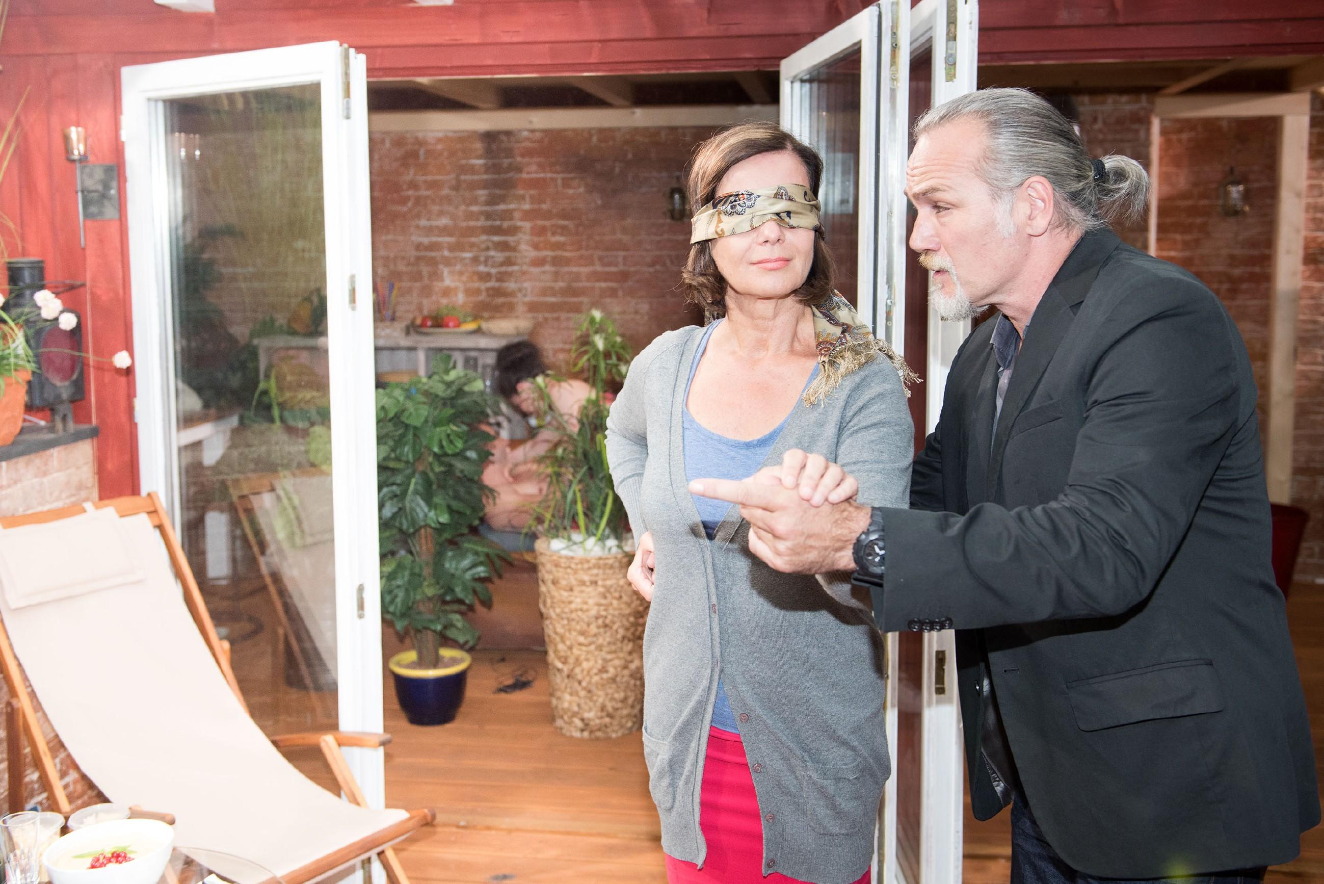 Als Robert (Luca Maric) Irene (Petra Blossey) mit verbundenen Augen zu seiner Überraschung führt, haben sich dort Bambi und Sina eingenistet und machen den geplanten Antrag unmöglich... (Quelle: RTL / Stefan Behrens)