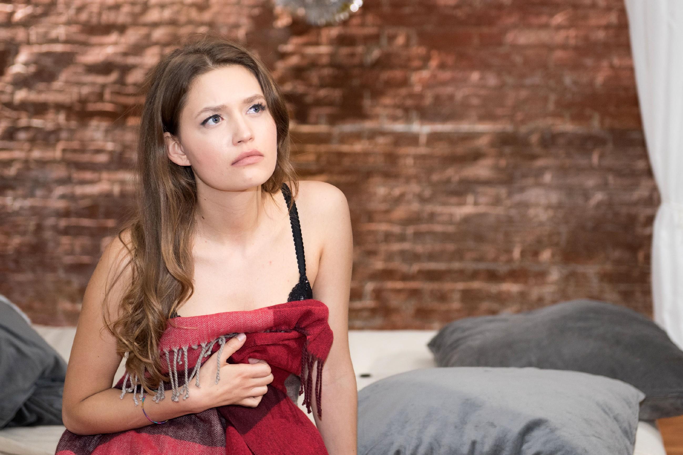 Jule (Amrei Haardt) ist fassungslos, als Valentin so plötzlich mit ihr Schluss macht... (Quelle: RTL / Stefan Behrens)