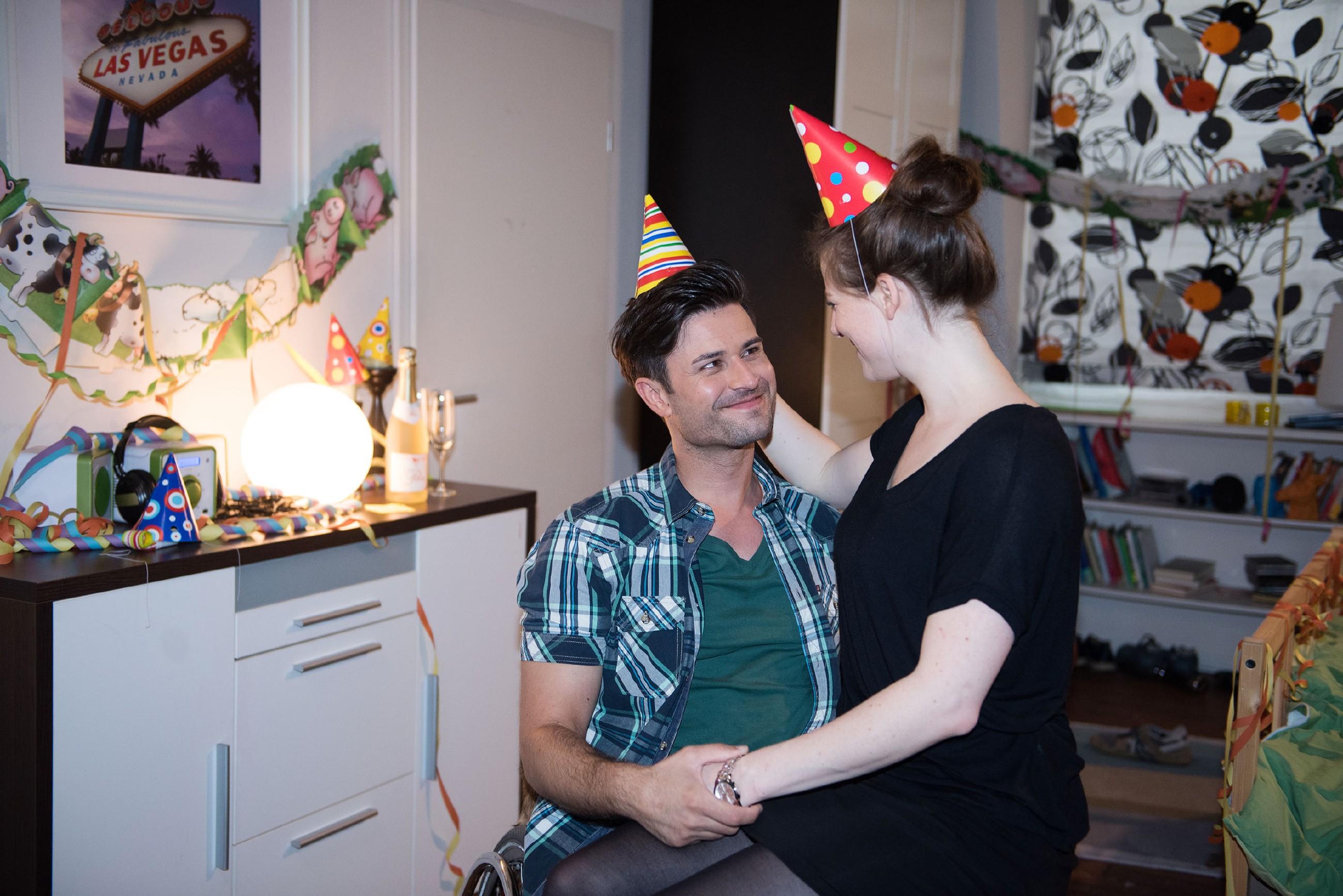 Elli (Nora Koppen) ist es doch noch gelungen, Paco (Milos Vukovic) zum Geburtstag zu überraschen. (Quelle: RTL / Stefan Behrens)