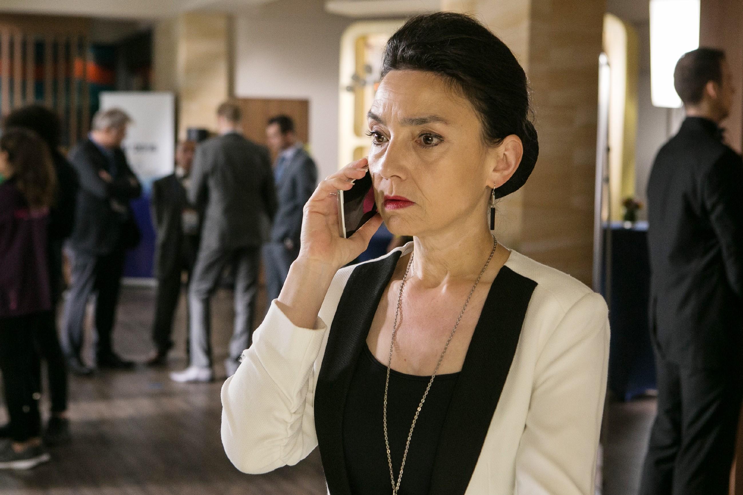 Simone (Tatjana Clasing) erfährt geschockt, dass gegen Richard in Russland Anklage erhoben wurde. (Quelle: RTL / Kai Schulz)