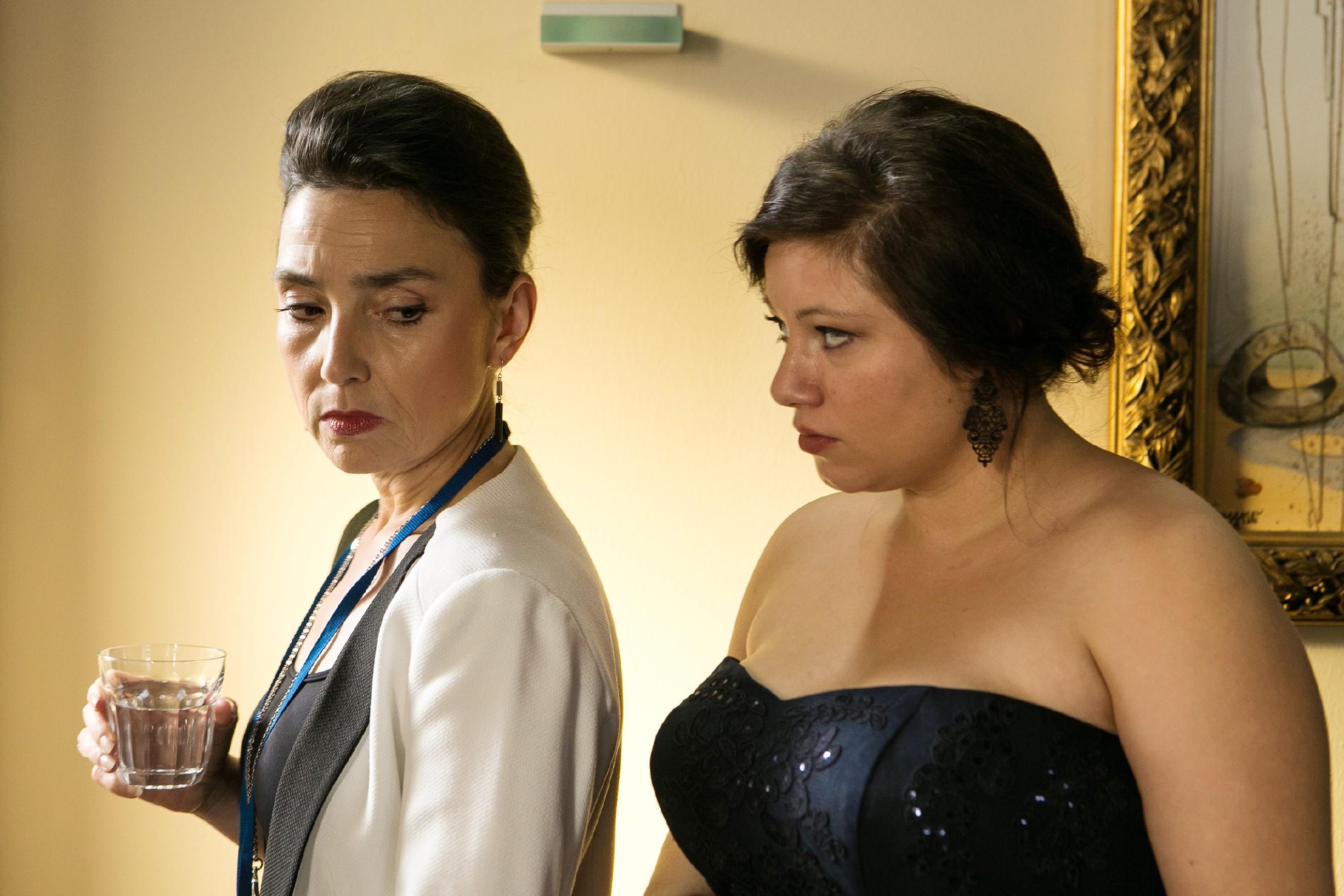 Simone (Tatjana Clasing, l.) macht Vanessa (Julia Augustin) klar, dass sie Richard nicht aufgeben wird. (Quelle: RTL / Kai Schulz)