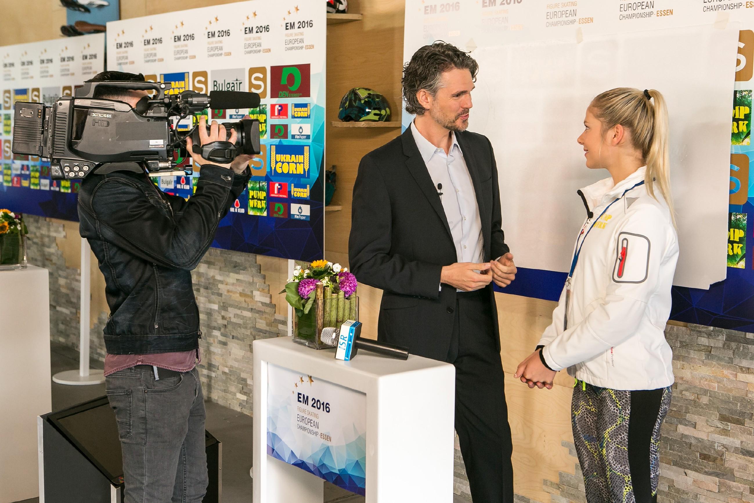 Obwohl ihr die Probleme mit Tobi zusetzen, zeigt sich Marie (Cheyenne Pahde) im Interview mit Moderator Matthias Mohr (Matthias Beier, M.) entschlossen, bei der EM alles zu geben. (Quelle: RTL / Kai Schulz)