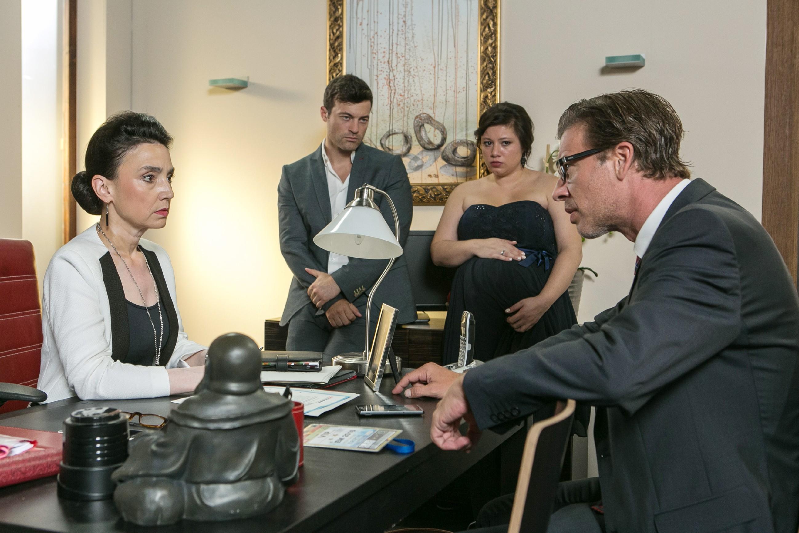Simone (Tatjana Clasing, l.), Ben (Jörg Rohde, 2.v.l.), Vanessa (Julia Augustin) und Christoph (Lars Korten) realisieren, dass Richard nicht um einen Prozess und eine Haftstrafe herumkommen wird. (Quelle: RTL / Kai Schulz)
