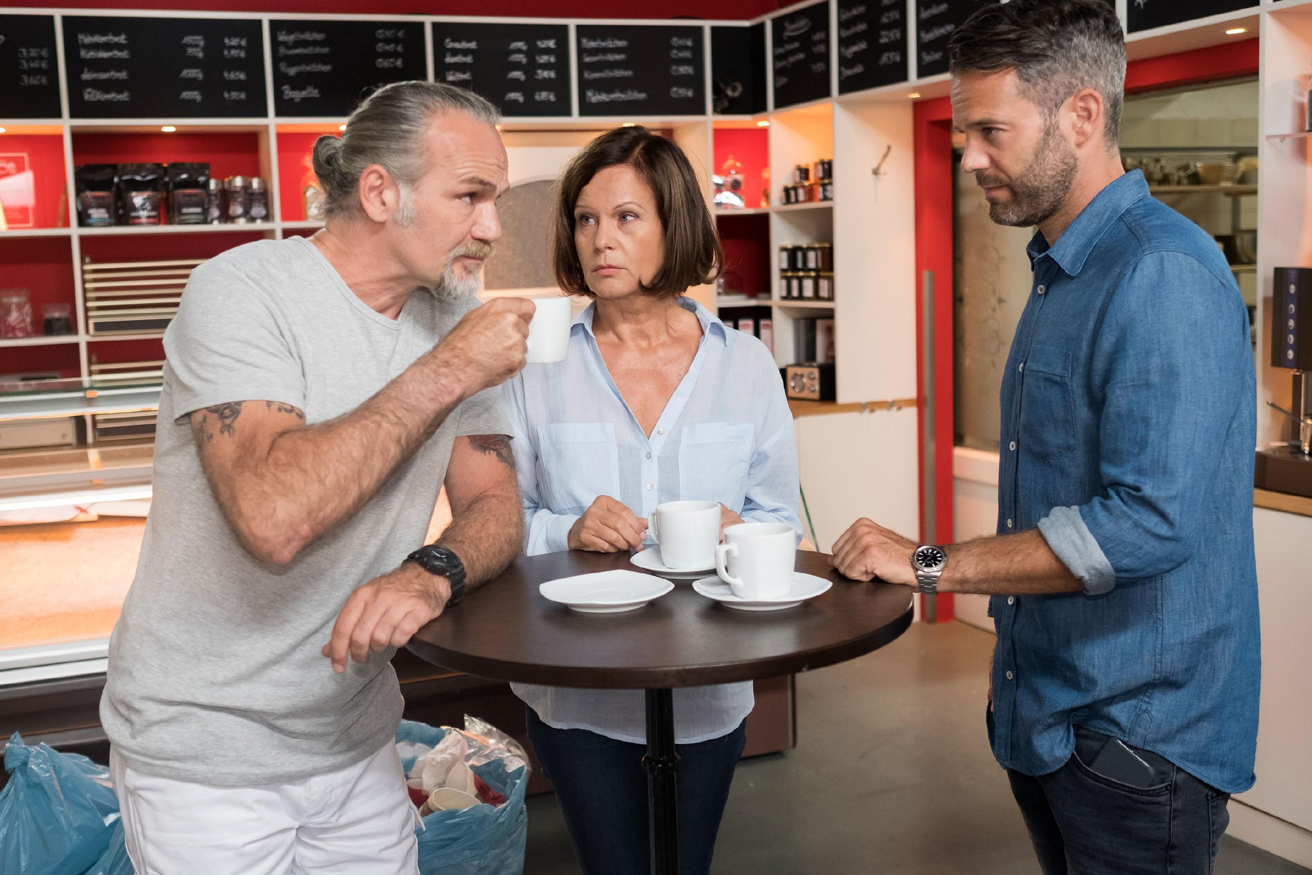 Robert (Luca Maric, l.) und Till (Ben Ruedinger) bleiben im Gegensatz zu Irene (Petra Blossey) bei ihrer skeptischen Haltung zum Thema Bürgerwehr. (Quelle: RTL / Stefan Behrens)