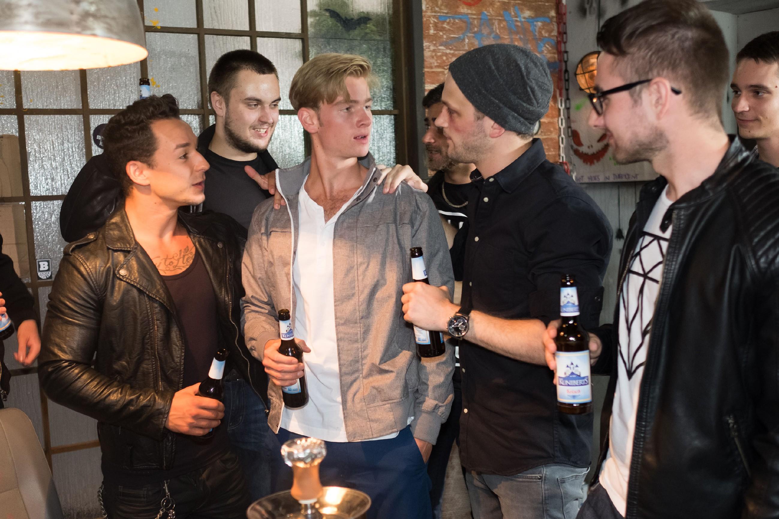 Valentin (Aaron Koszuta, M.) sonnt sich vor Marcel (Florian Krause, l.), Mario (Arne Rudolf, 2.v.r.) und den restlichen Gangmitgliedern (Komparsen) im Triumph über seinen Vater. (Quelle: RTL / Stefan Behrens)