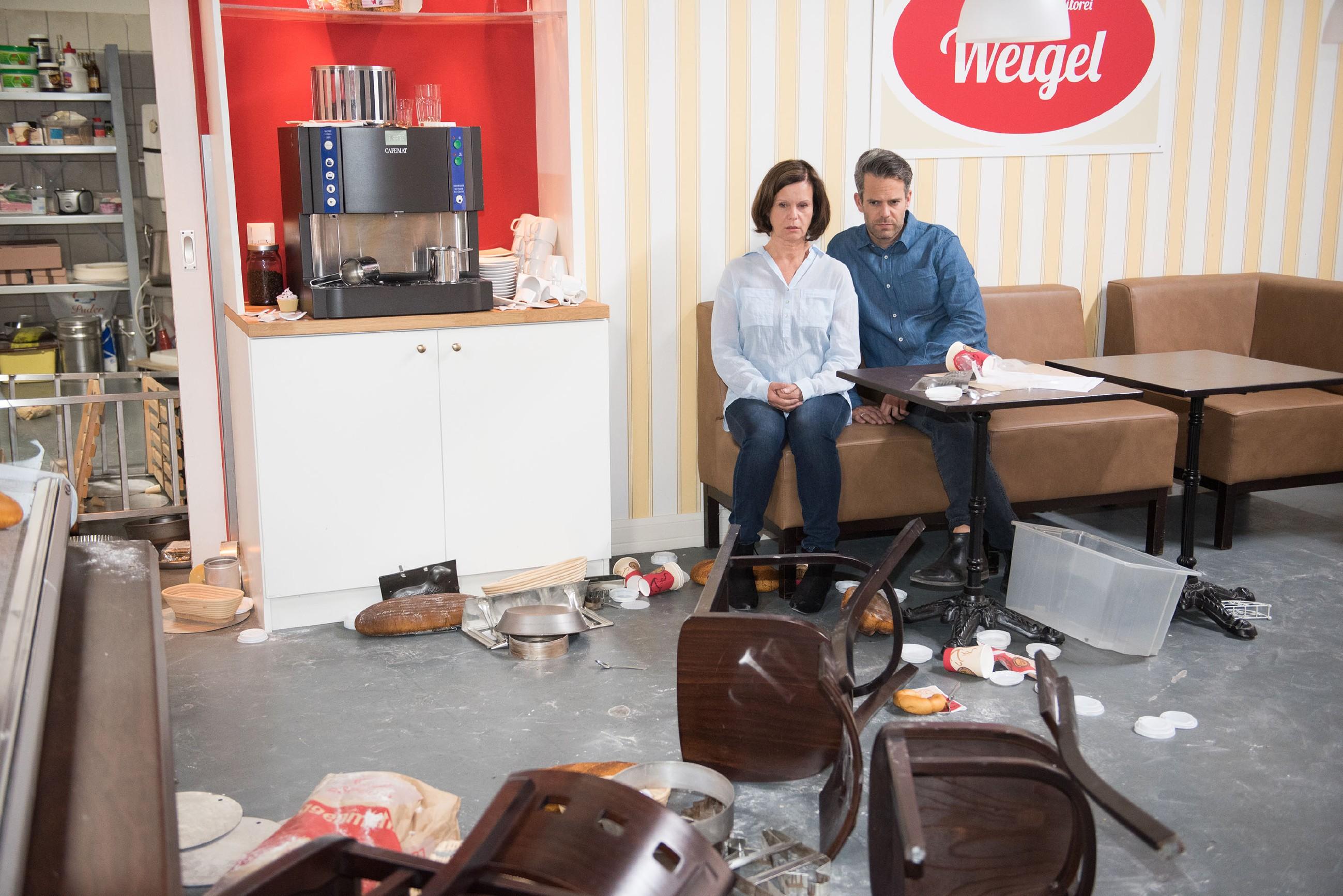 Irene (Petra Blossey) und Till (Ben Ruedinger) sind fassungslos angesichts der von der Gang verwüsteteten Konditorei. (Quelle: RTL / Stefan Behrens)