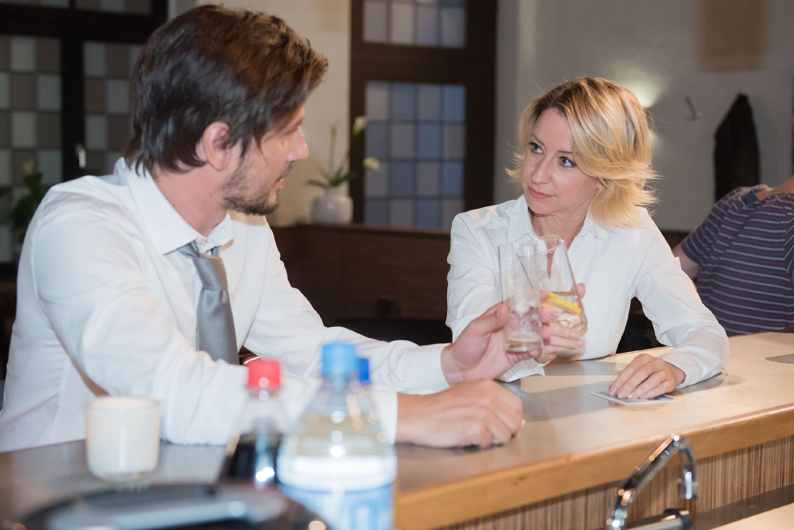 Ute (Isabell Hertel) gefällt die Aufmerksamkeit von Harald (René Geisler) sehr und lässt sie sich auf einen Flirt mit ihm ein. (Quelle: RTL / Stefan Behrens)