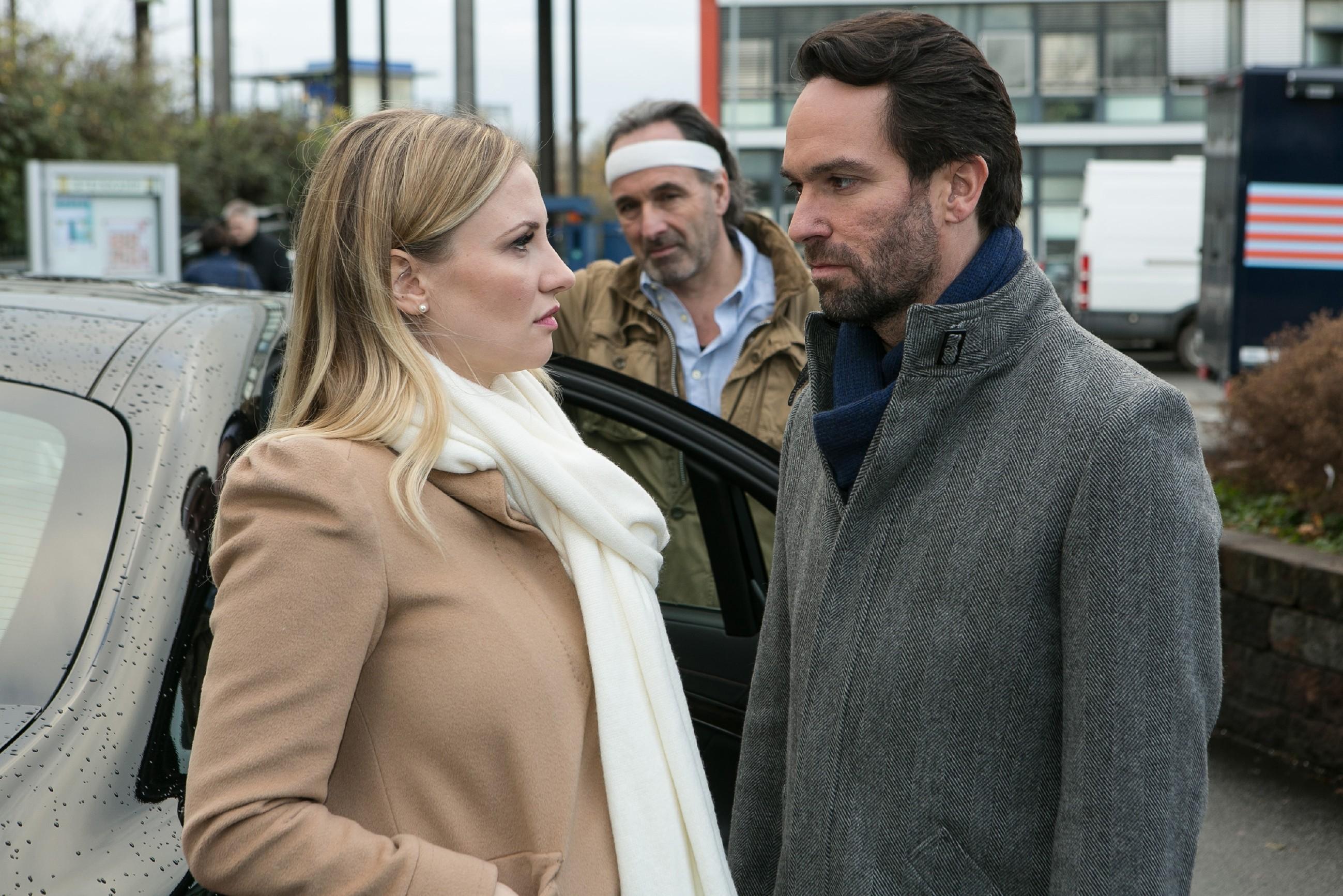 Thomas (Daniel Brockhaus, r.) bittet Isabelle (Ania Niedieck) mit einem emotionalen Appell, nicht mit Johann (Holger Christian Gotha) zu gehen und bei ihm zu bleiben.