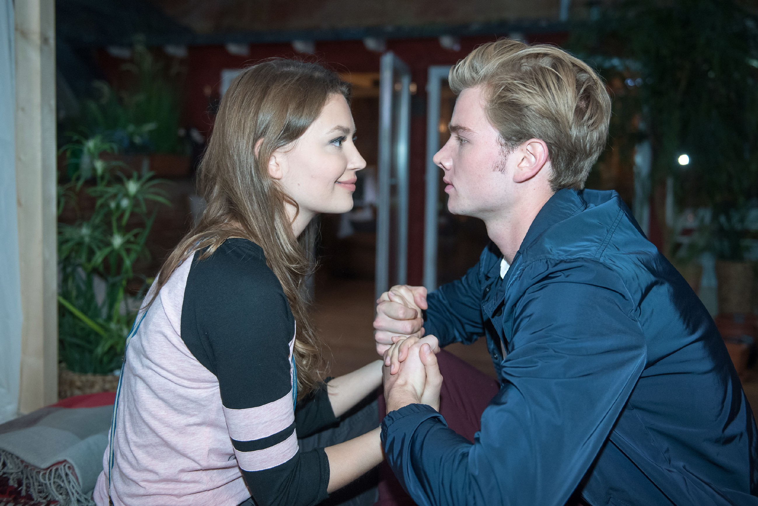 Valentin (Aaron Koszuta) schlägt der arglosen Jule (Amrei Haardt) vor, schnellstmöglich gemeinsam zu ihrem Vater nach Südafrika zu fliegen.