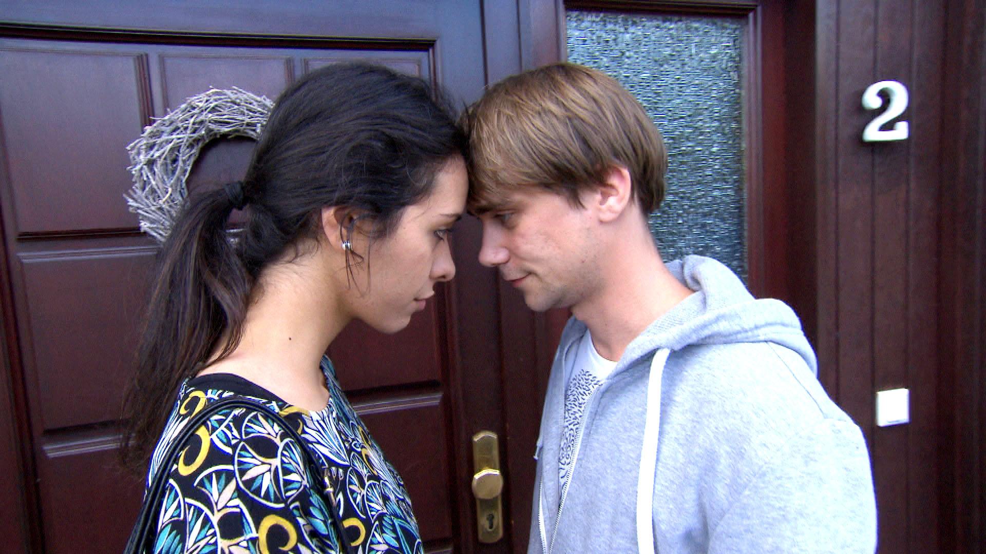 Elif,li. wird von ihrem Bruder vor der ganzen Familie mit einem Basketball-Video konfrontiert, auf dem Schmidti,re. und sie sich küssen. (Quelle: RTL 2)