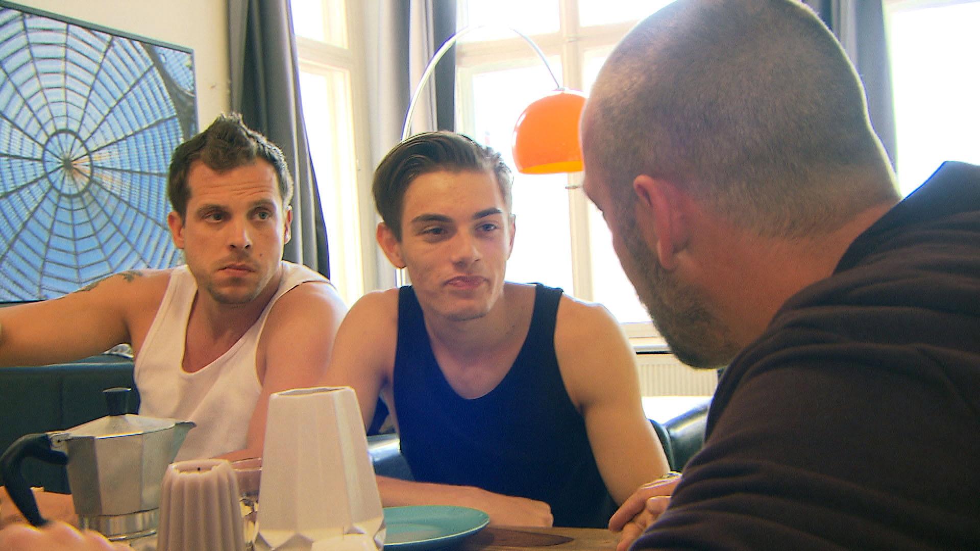 Theo,re. verkündet, dass er bald den Pachvertrag einer neuen Bar unterschreiben wird. v.l.n.r.: Basti, Malte, Theo (Quelle: RTL 2)