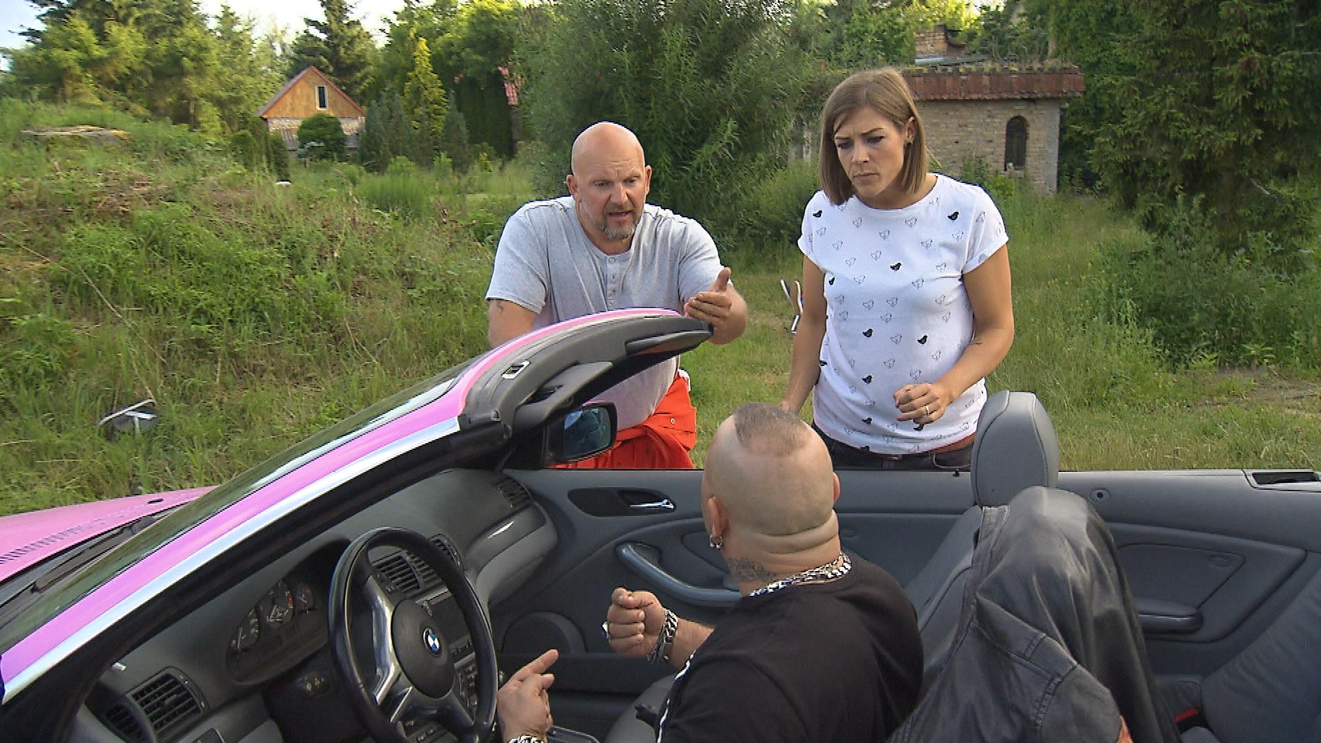 Joe,li. macht seinen Freunden klar, dass es Zeit für sie wird, zurück nach Berlin zu fahren. v.l.n.r.: Fabrizio, Alina, Joe (Quelle: RTL 2)