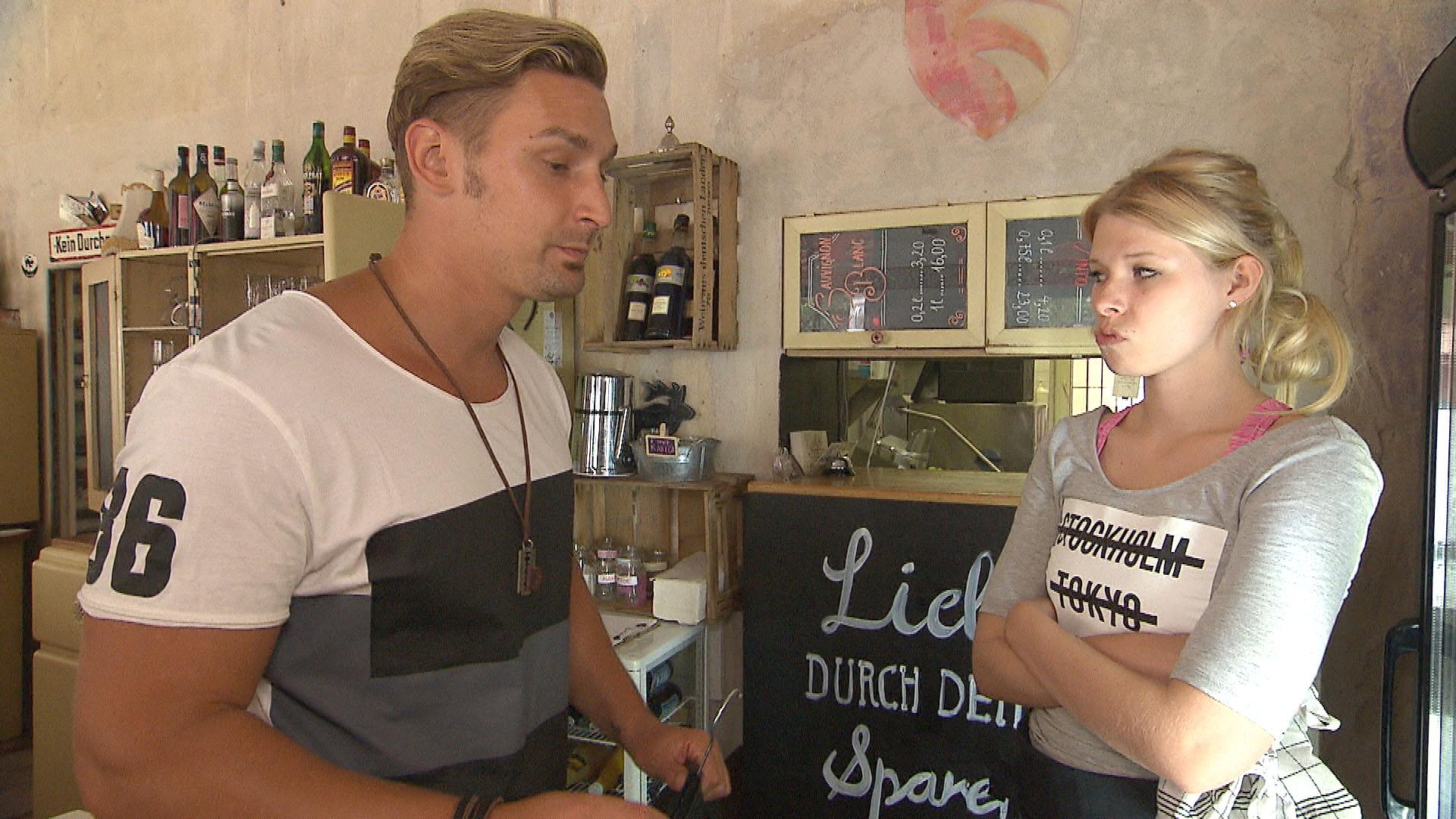 Der reumütige Leon,li. will sich mit einer Riesenüberraschung bei Nina,re. dafür entschuldigen, dass er sich über ihren Abschlussball-Traum lustig gemacht hat. (Quelle: RTL 2)