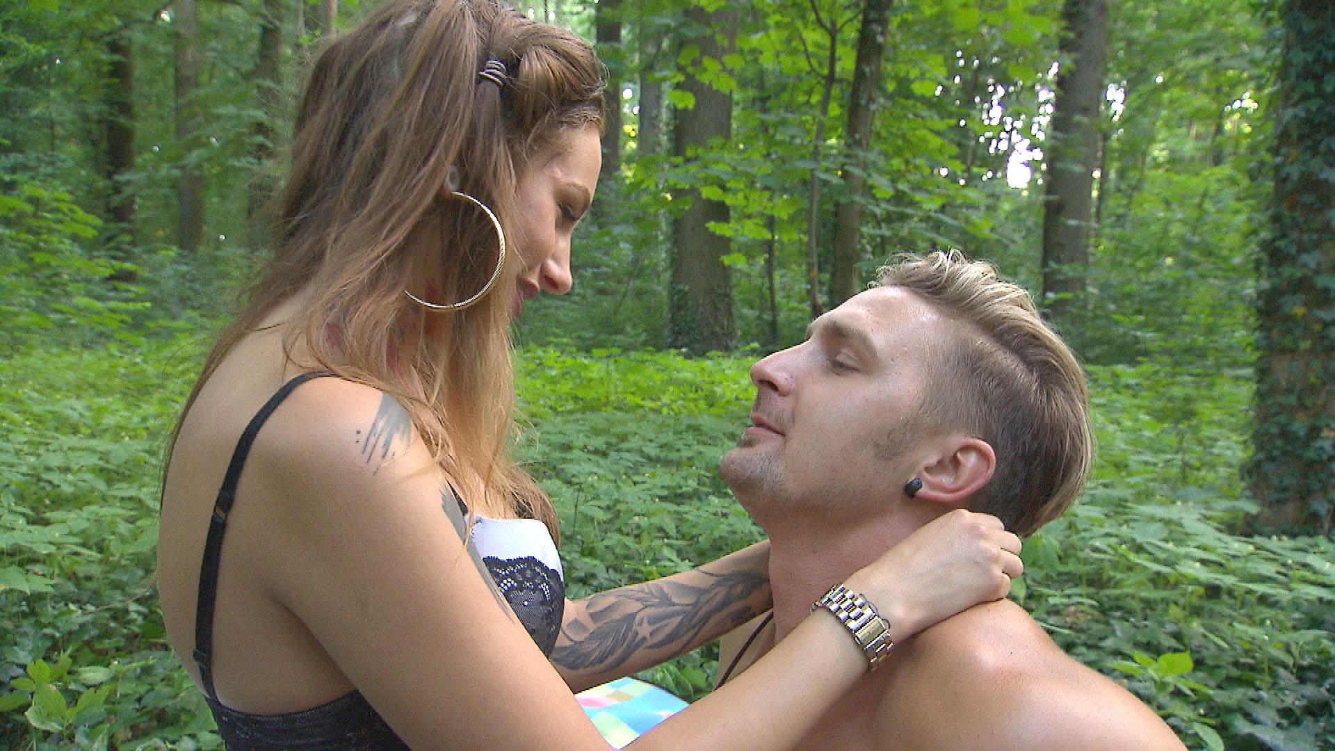 Leon,re. bereut, was mit (Nina) passiert ist und will sich jetzt ganz auf Milla,li. und seine Beziehung konzentrieren. (Quelle: RTL 2)