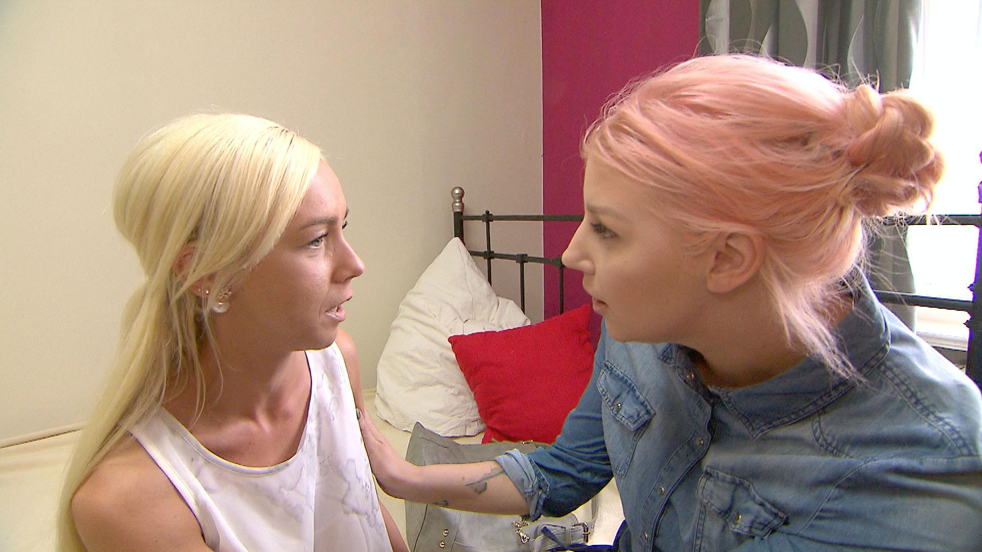 Peggy,li. erzählt Paula re., dass zur Neueröffnung der Bar ihres Freundes kein Gast erschienen ist. (Quelle: RTL 2)