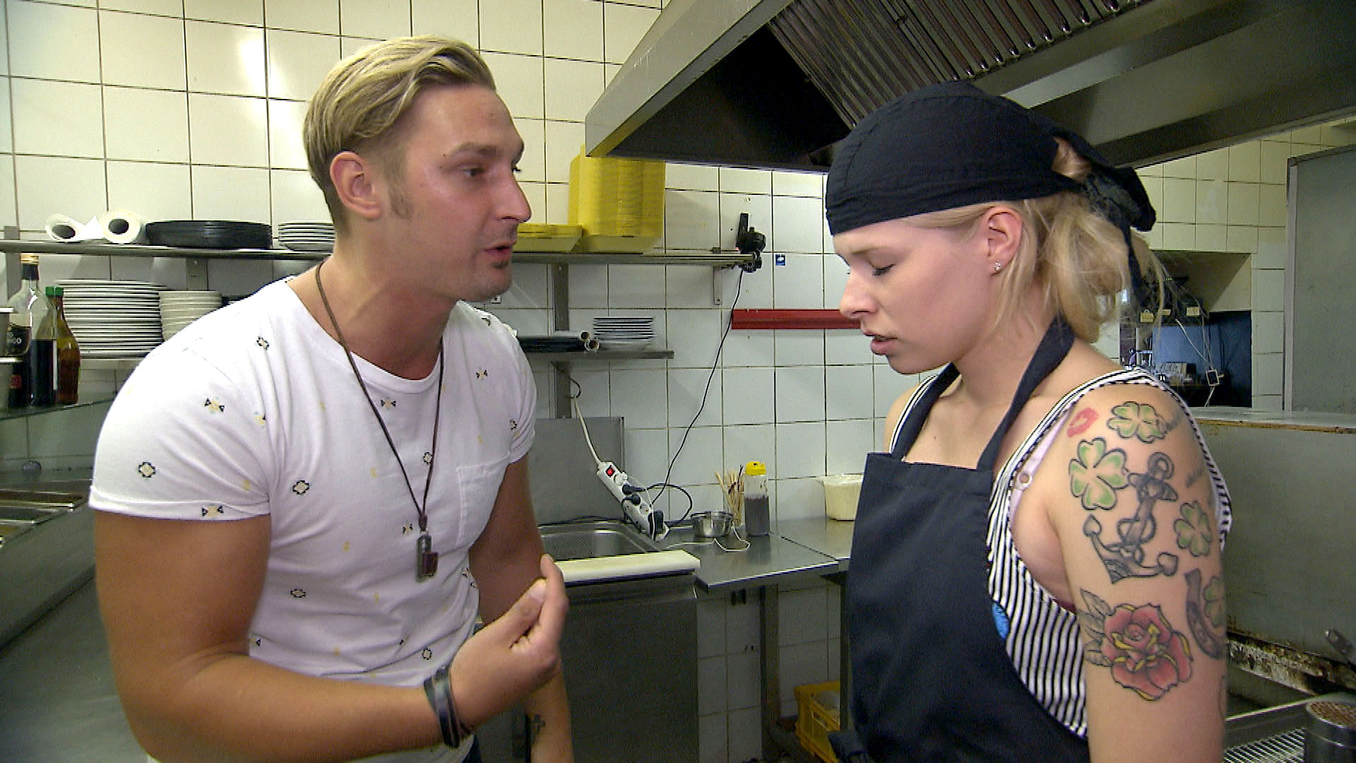 Nina,re. ist von Leon,li. genervt, weil er einfach nicht aufhören kann,zu sticheln. (Quelle: RTL 2)