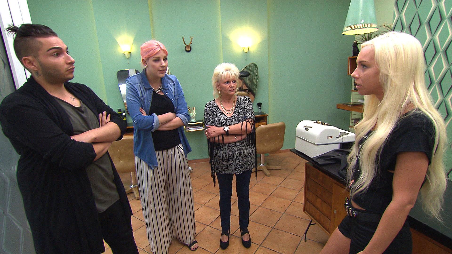 Peggy (re.) ist wütend, als Paula (2te li.), Inge (2te re.) und Rick (li.) sie zur Rede stellen. (Quelle: RTL 2)