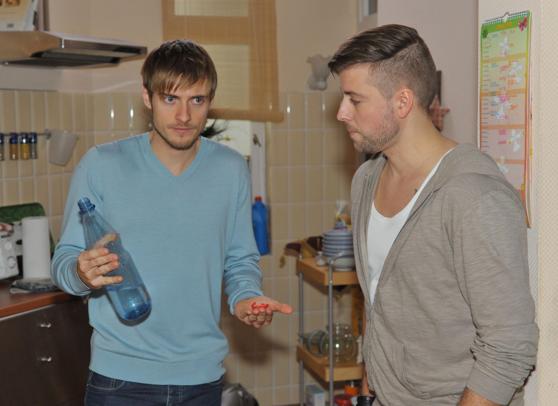 John (Felix von Jascheroff, r.) will Philip (Jörn Schlönvoigt) unterstützen, der unter dem Lernpensum für seine Prüfung leidet.