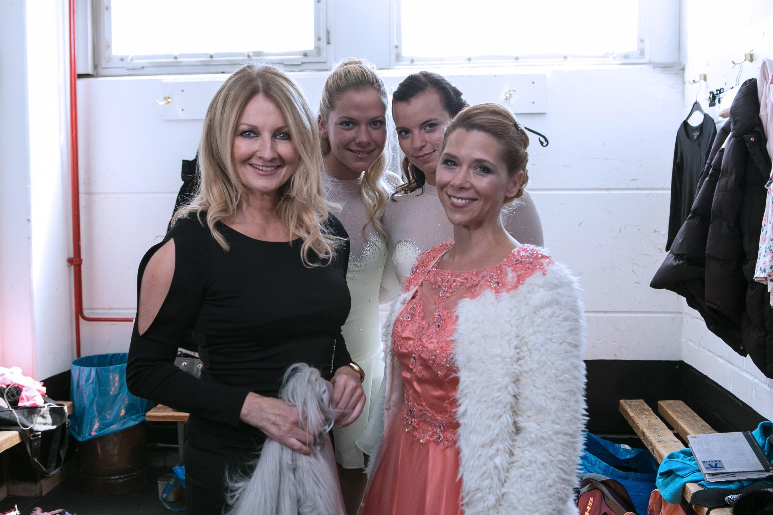 Diana (Tanja Szewczenko, r.) und die Moderatorin Frauke Ludowig (l.) mit Michelle (Franziska Benz, 2.v.r.) und Marie (Cheyenne Pahde, 2.v.l.)