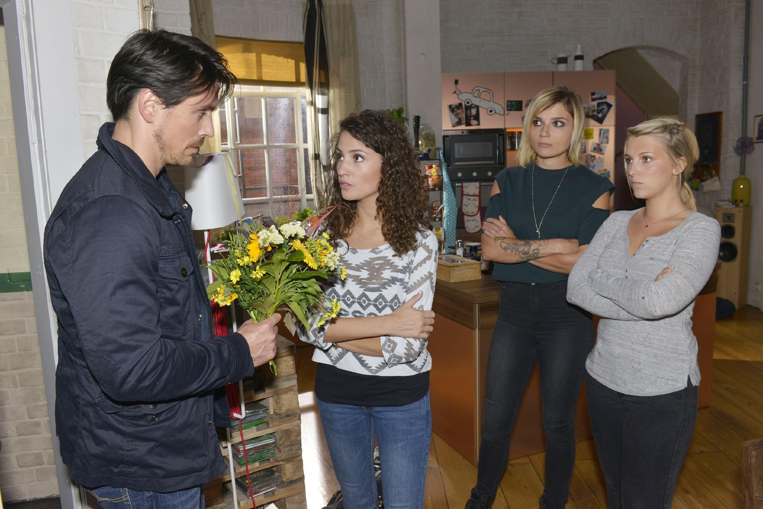David (Philipp Christopher) sucht verzweifelt die Aussprache mit Ayla (Nadine Menz, 2.v.l.), doch die bleibt im Beisein von Anni (Linda Marlen Runge, 2.v.r.) und Lilly (Iris Mareike Steen) bei ihrem Entschluß: Es ist aus!