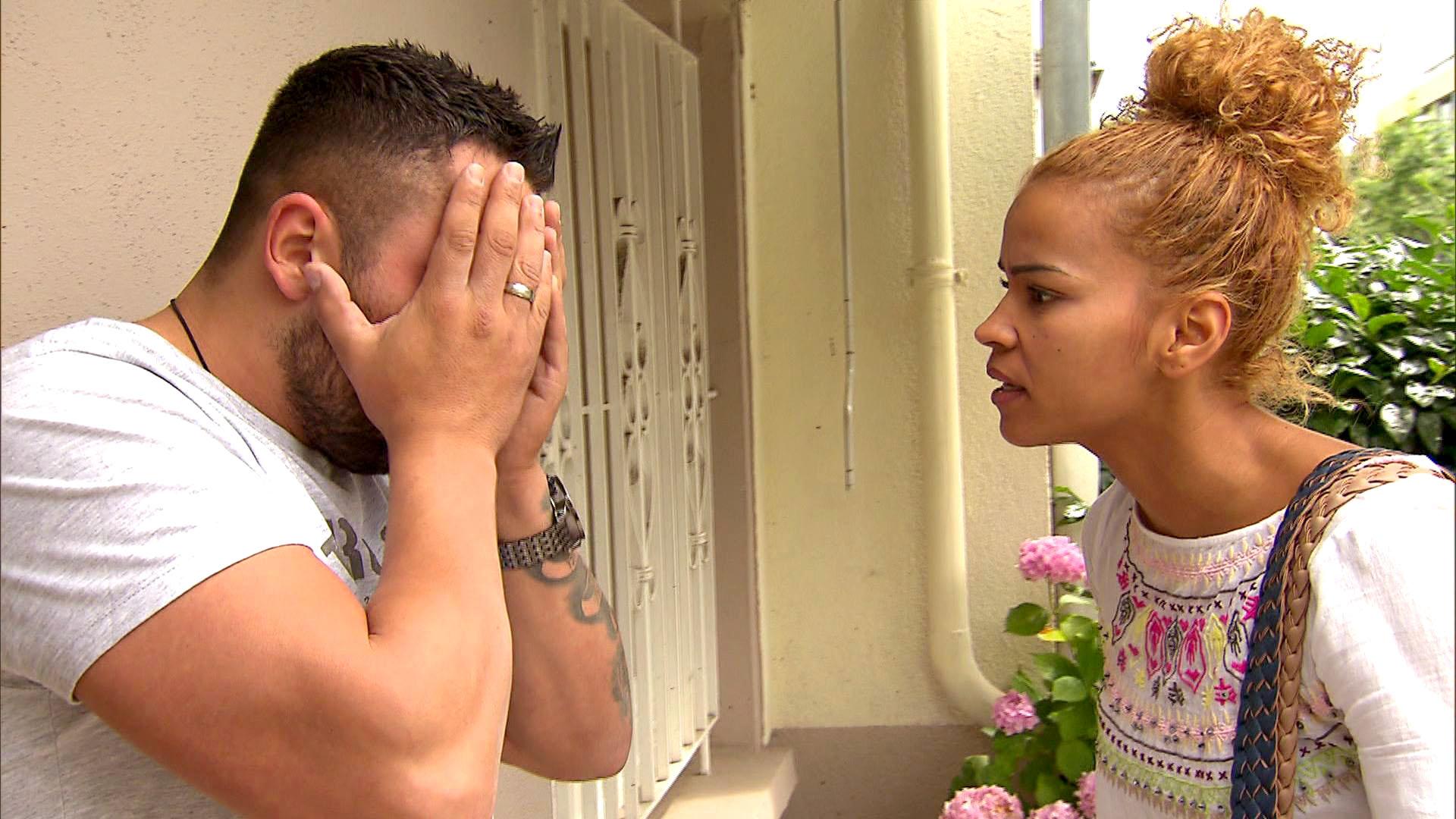 Sam (re.) macht Manu (li.) eine heftige Ansage, da er in der Nacht nicht nach Hause gekommen ist. (Quelle: RTL 2)