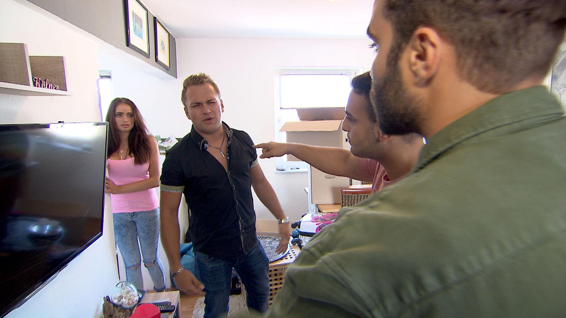 Sascha (2ter li.) sagt den Termin mit Diego (re.) und Cem (2ter re.) ab, obwohl er und Holly (li.) wieder in Köln sind. Doch das hält die beiden nicht ab, sie zu besuchen. (Quelle: RTL 2)
