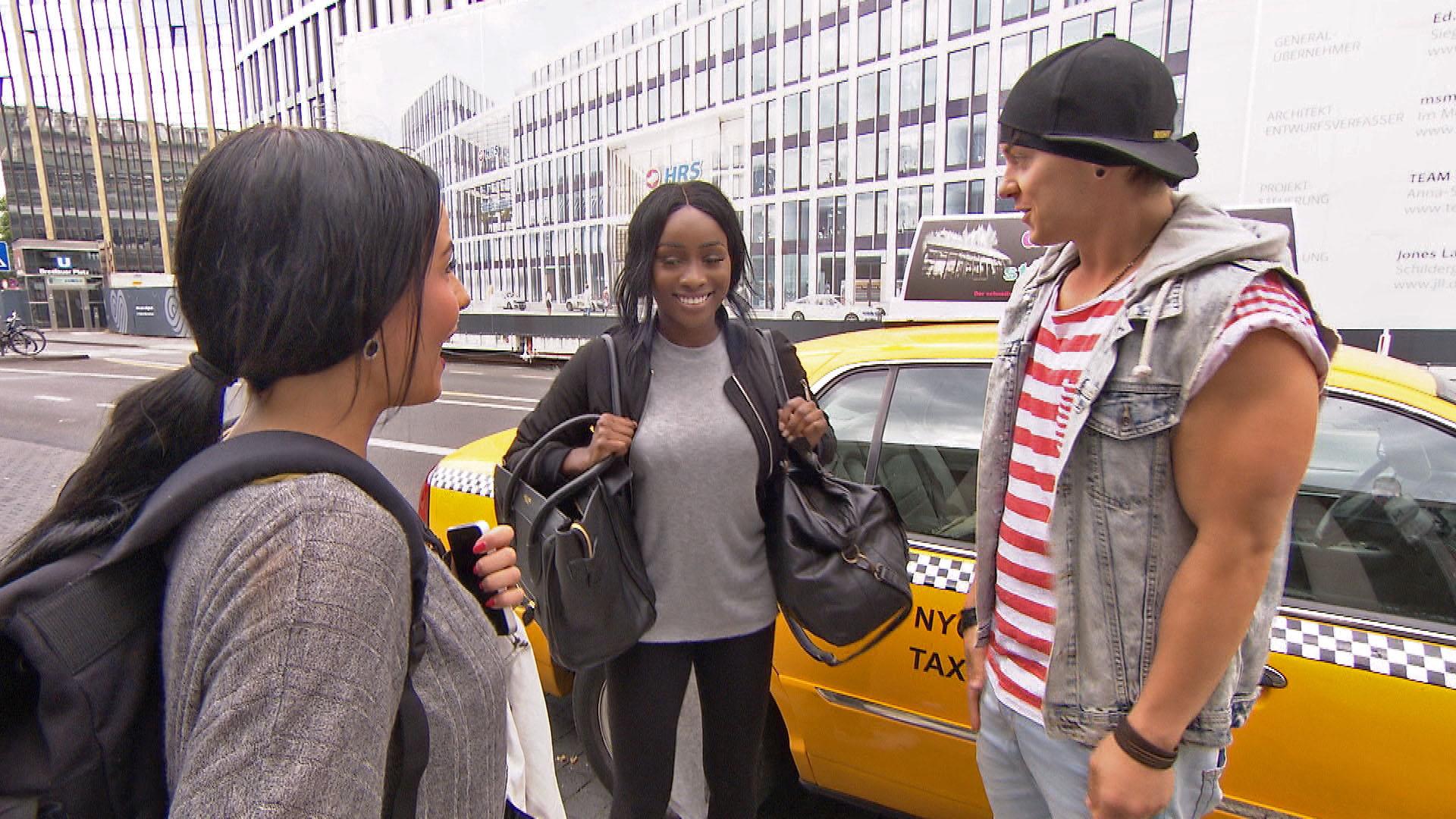 Dana,li. kommt erwartungsvoll in ihrer neuen Heimat Köln an und wird herzlich von ihrer alten Freundin Michelle,Mi. sowie von Kevin,re. in Empfang genommen. (Quelle: RTL 2)