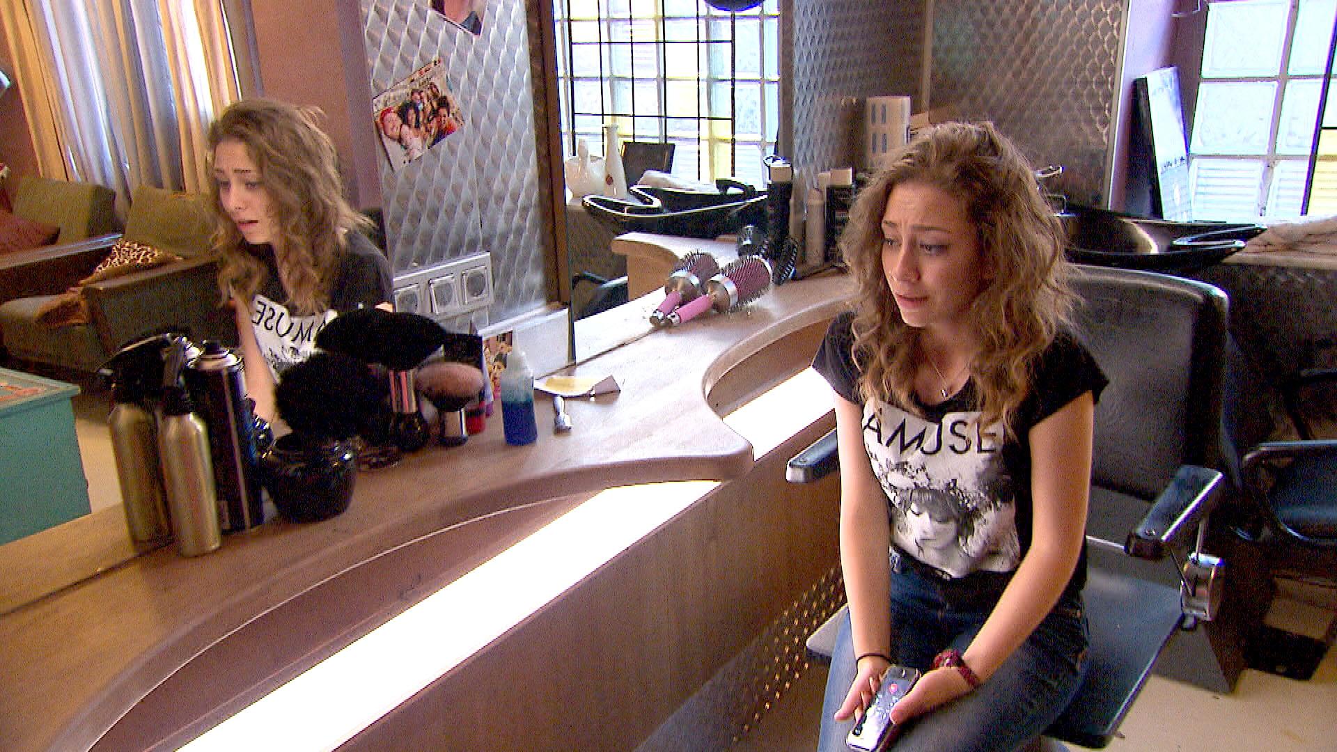Elli ist stinksauer, weil (Alex) ihr Handy versteckt hat. (Quelle: RTL 2)