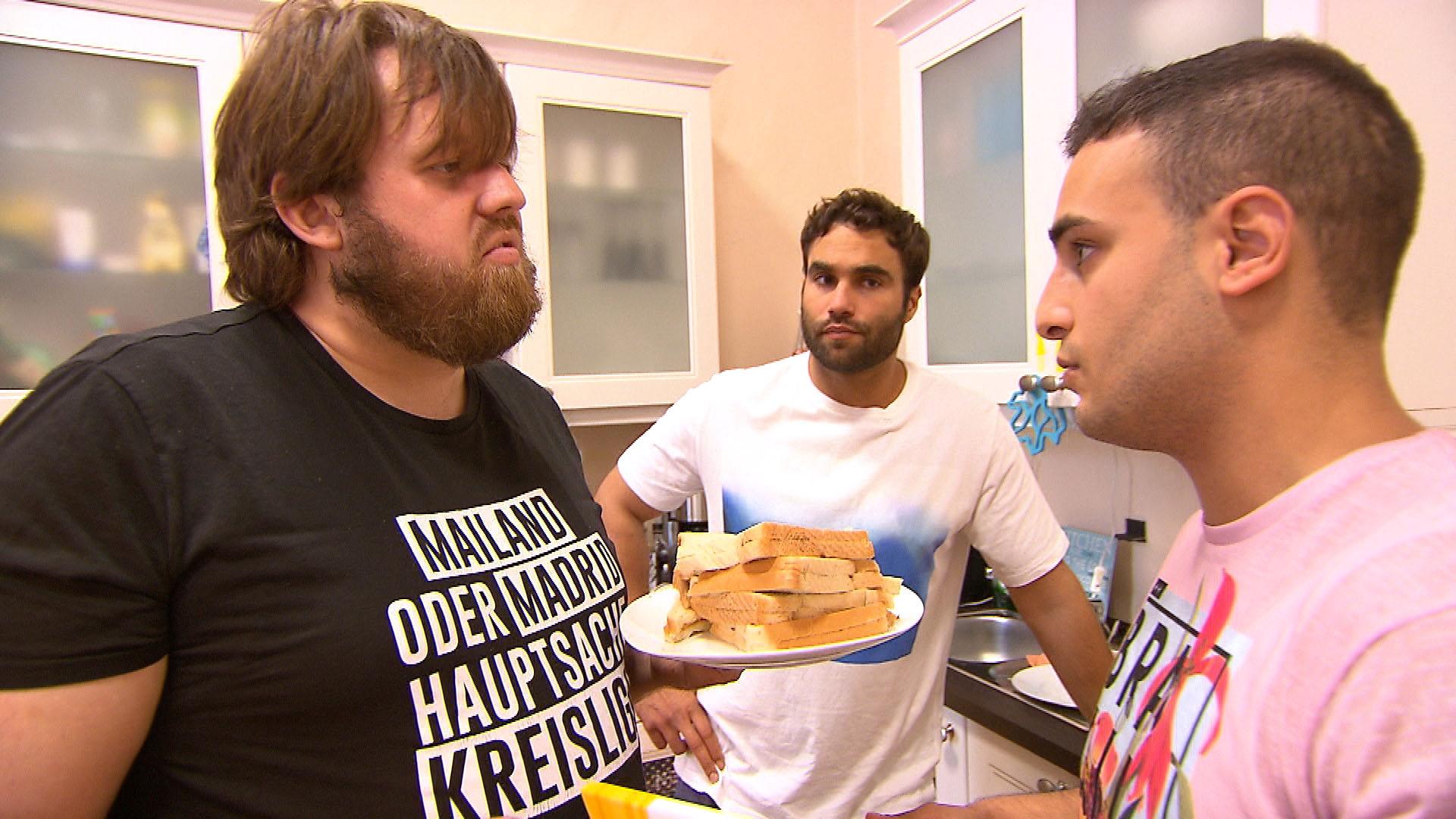 Cem (re.) und Diego (mi.) wollen eigentlich Jans (li.) ungesunden Lebenswandel in Angriff nehmen, doch der hält nichts davon... (Quelle: RTL 2)