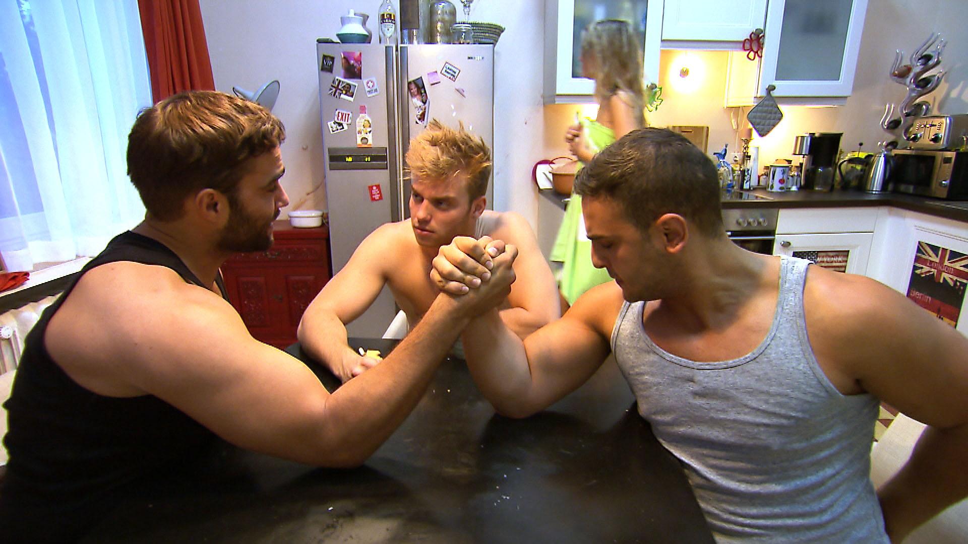 Cems (re.) und Diegos (li.) Konkurrenzkampf geht in die zweite Runde. Felix (mi.) spielt Schiedsrichter... (Quelle: RTL 2)
