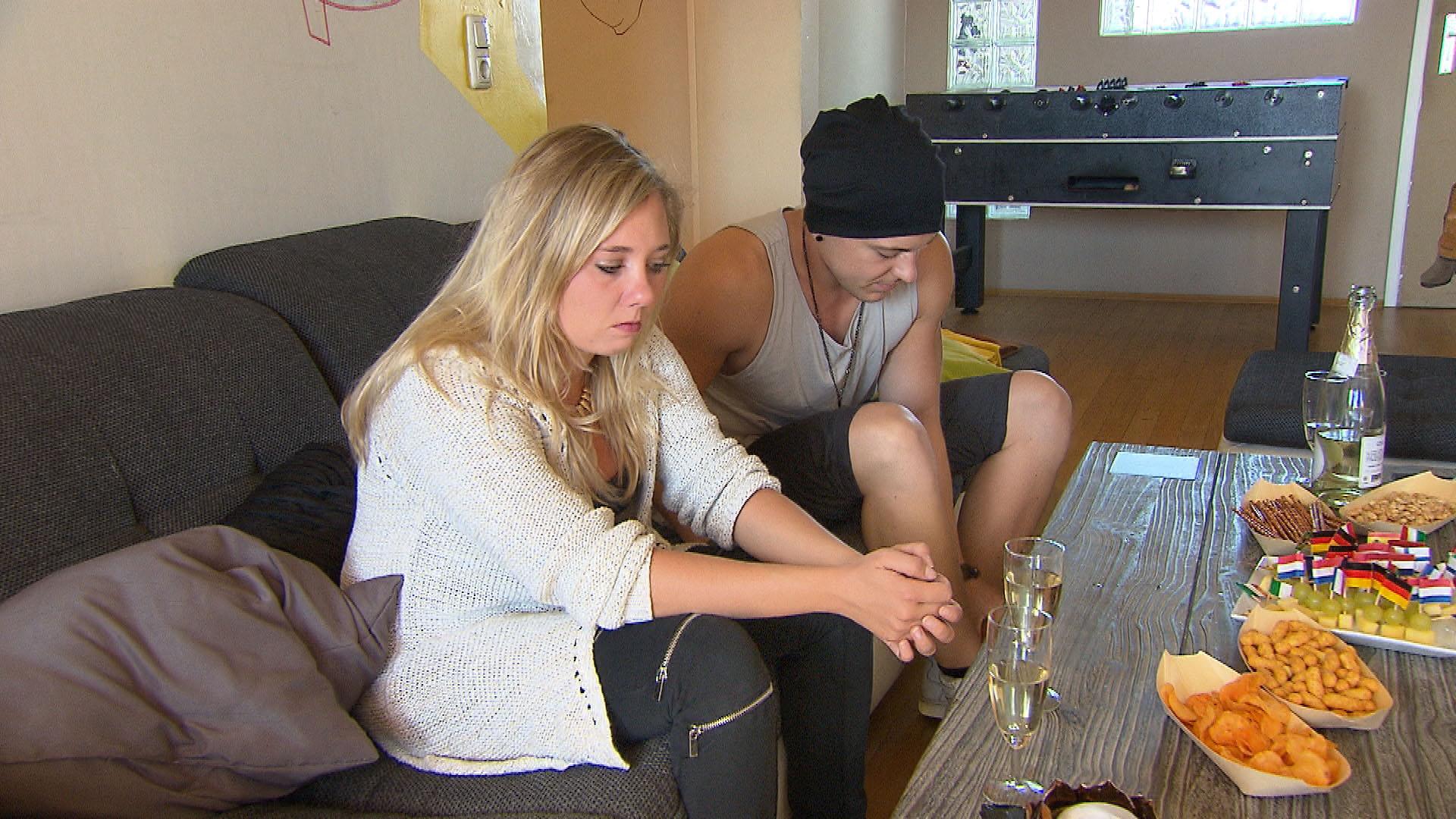 Chantal,li. überrumpelt Kevin,re. mit der Entscheidung, schon am Abend zu (Anna) nach Kambodscha zu fliegen. (Quelle: RTL 2)