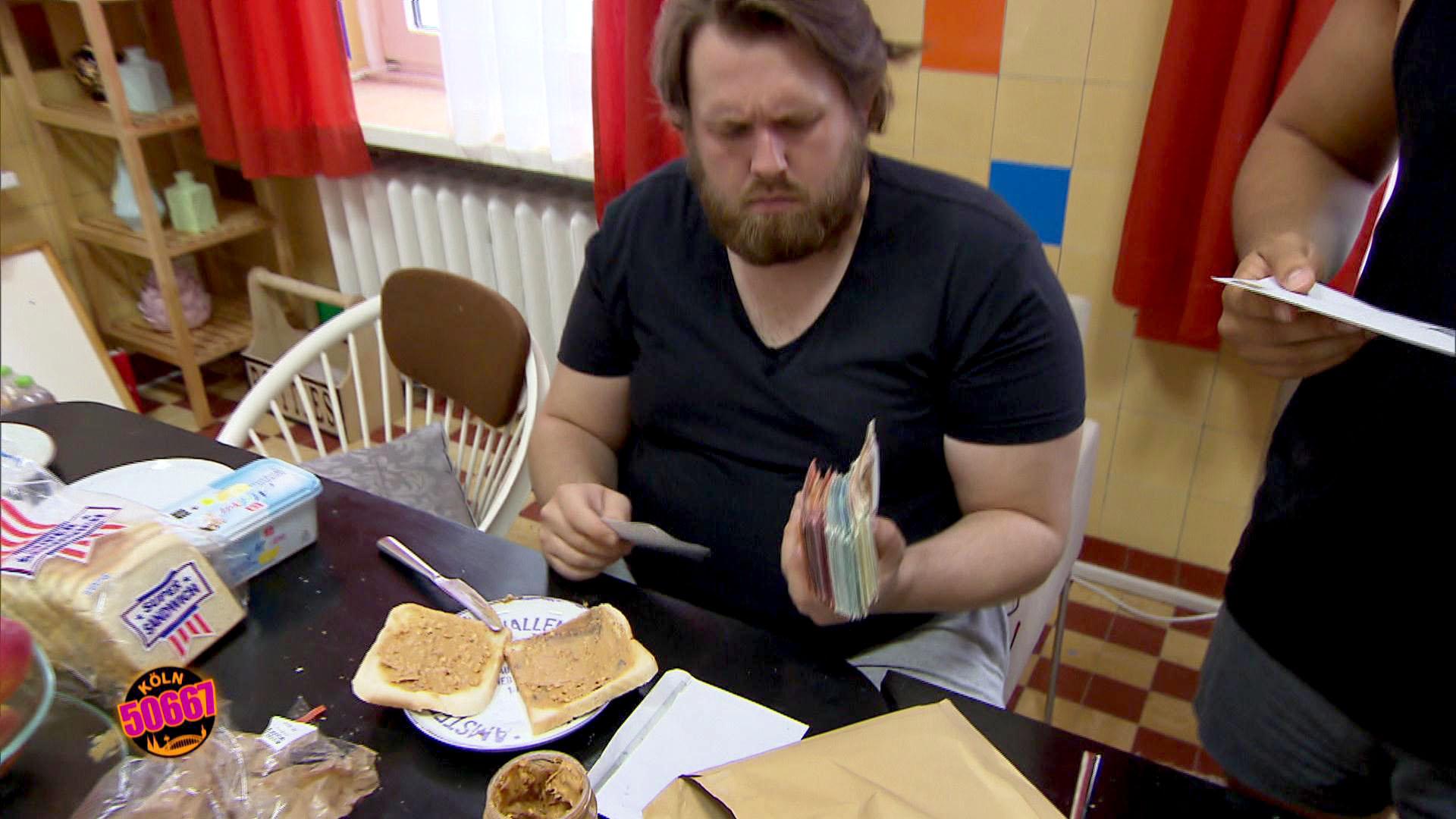 Cem,re. ist zufrieden, als sein Plan aufzugehen scheint und Jan,li. wirklich glaubt, dass (Holly) ihm das Geld zurückgegeben hat. (Quelle: RTL 2)