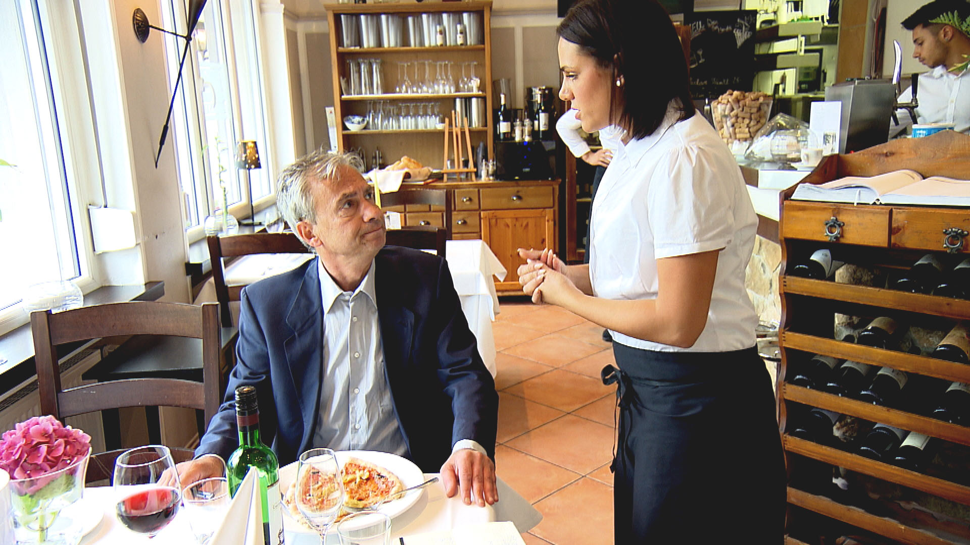 Sophia,re. erfährt, dass heute ein Restauranttester kommen wird. (Quelle: RTL 2)