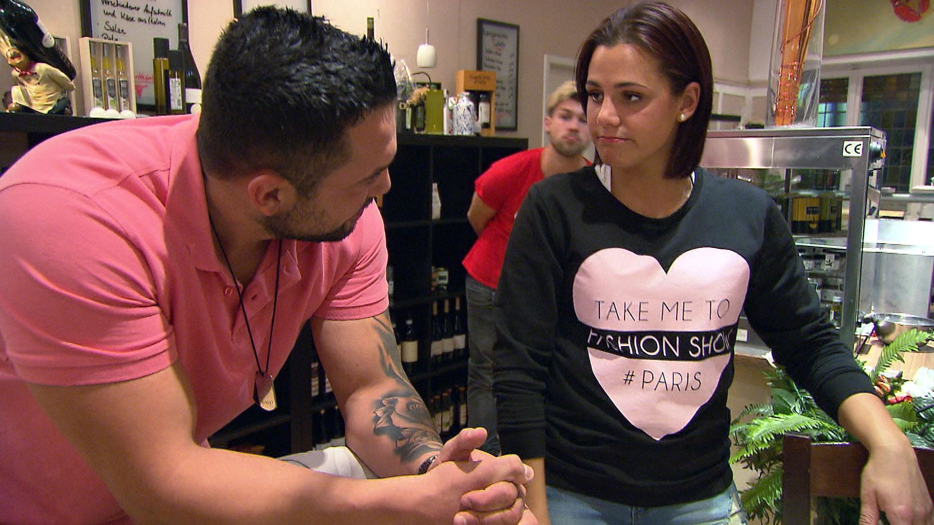 Sophia,re. ist froh, dass Manu,li. ihr zuhört. (Quelle: RTL 2)