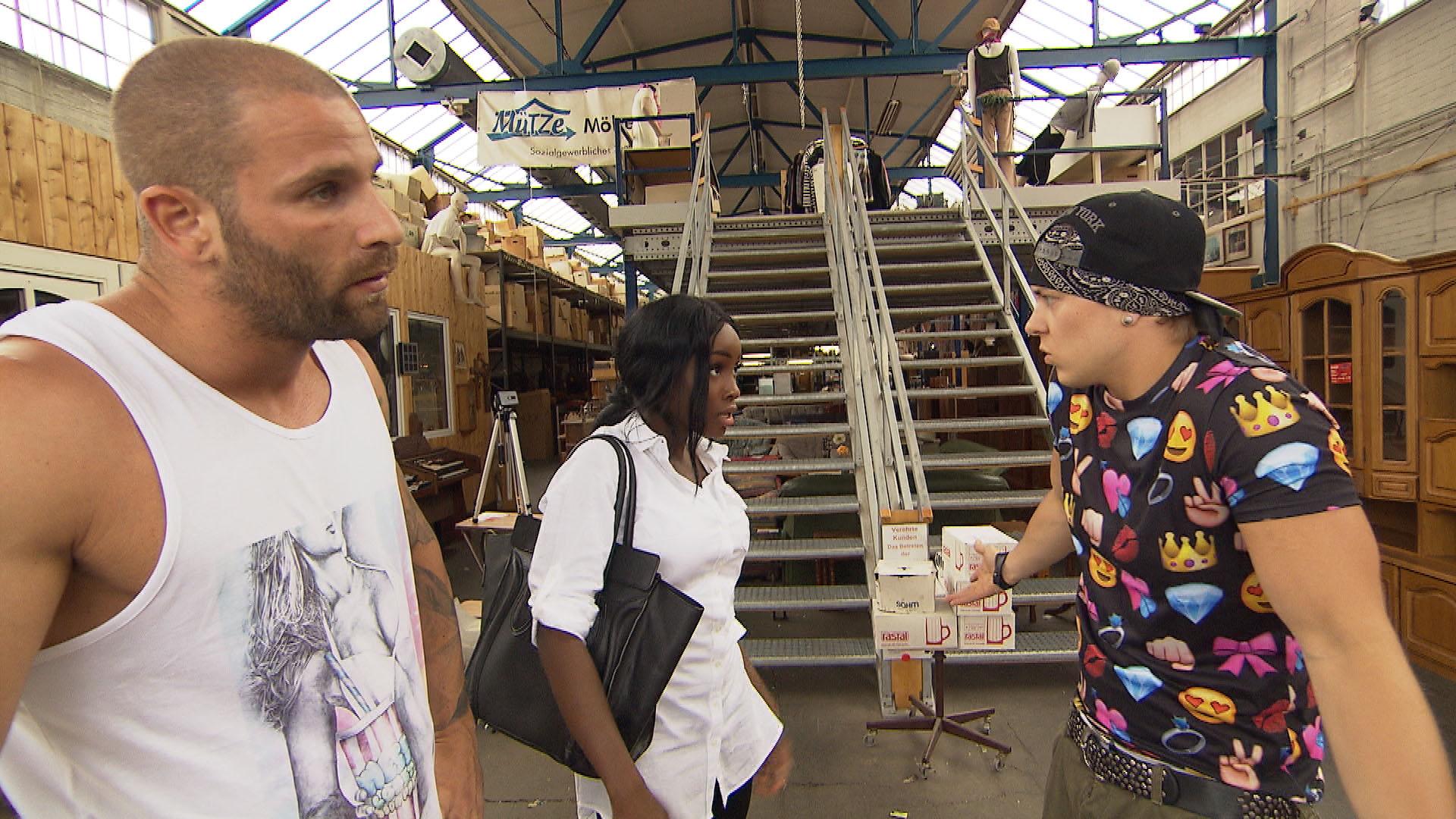 Kevin (re.) will, dass Michelle (mi.) und Patrick (li.) in der WG wohnen bleiben und sich wohlfühlen. Er fährt mit den beiden zu einem Möbelhaus. (Quelle: RTL 2)