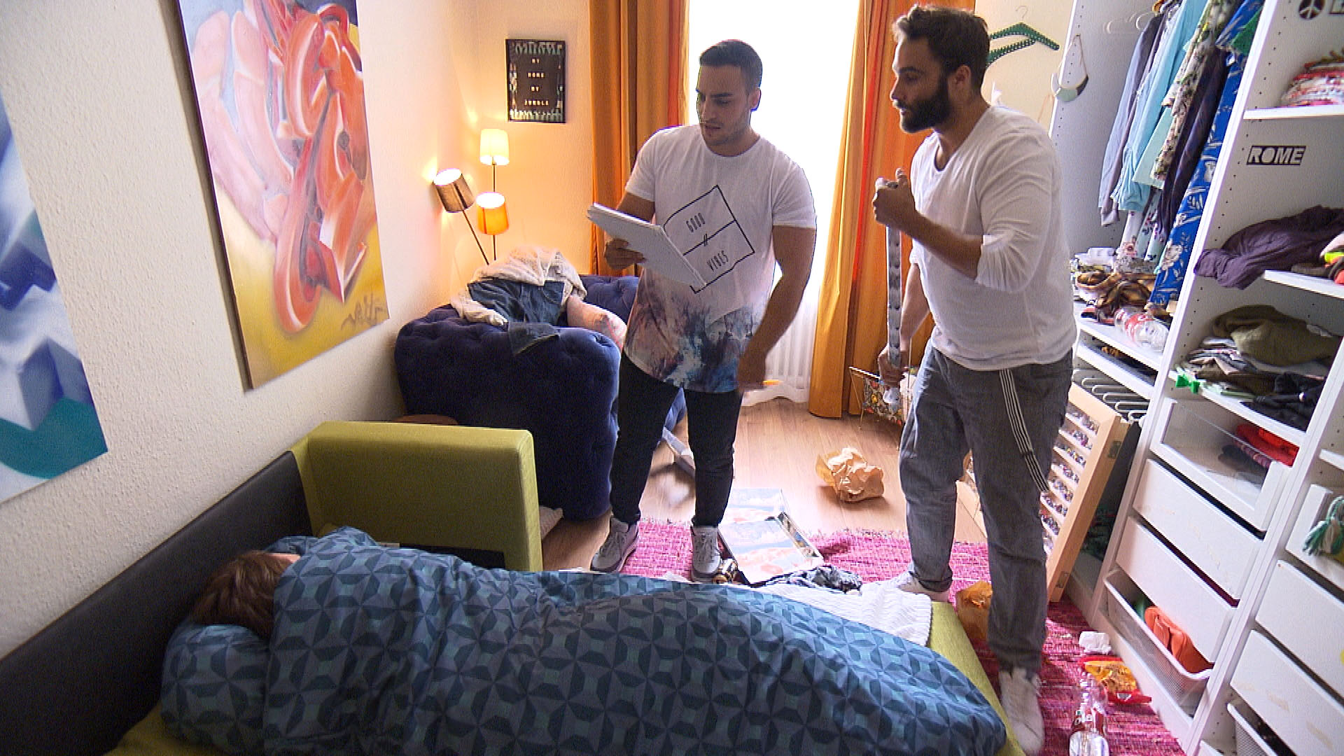 Cem (li.) und Diego (8re.) wollen Jan (im Bett) mit einem Diss-Rapp auf Holly aufmuntern. (Quelle: RTL 2)