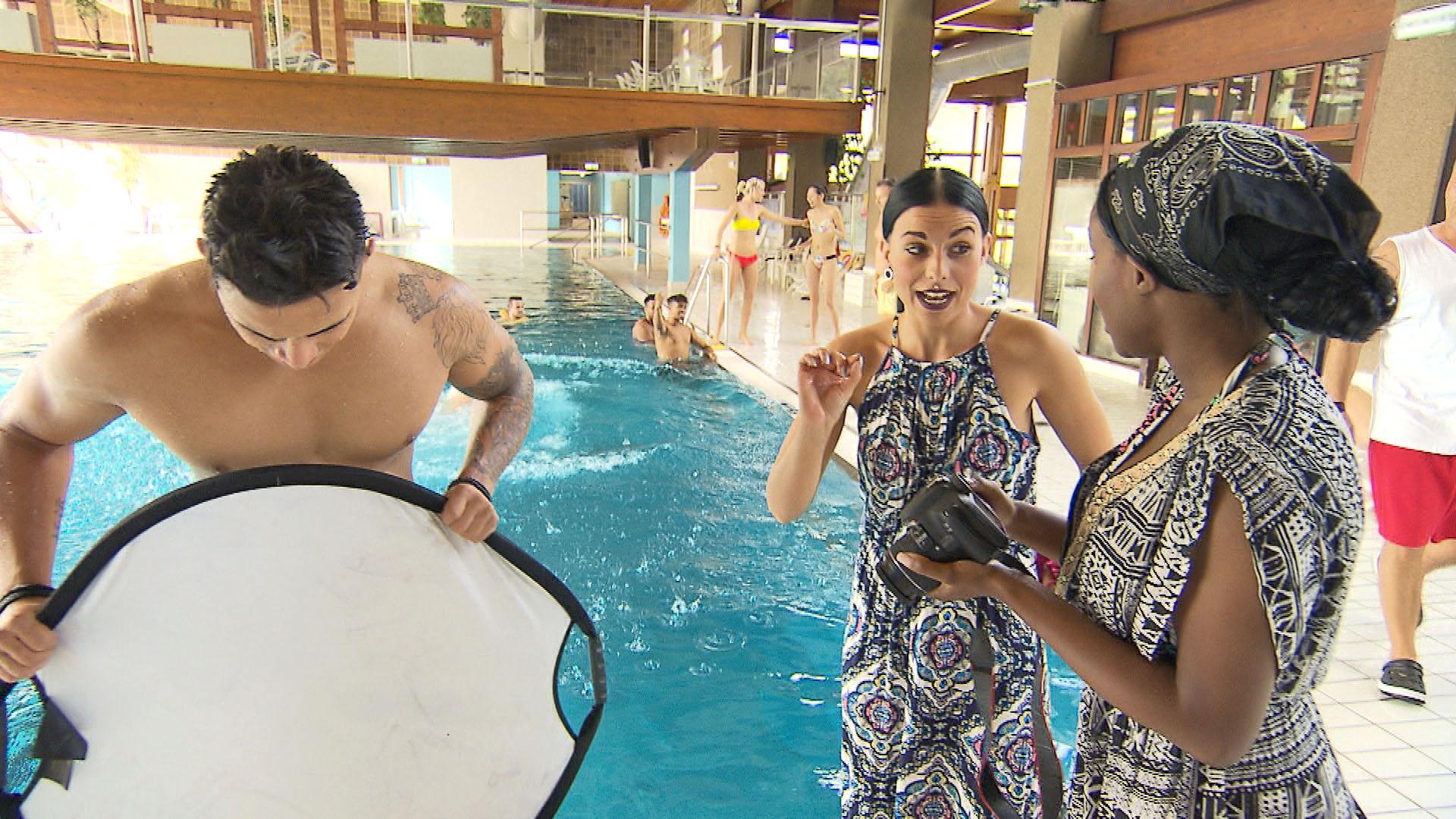 Michelle,re. bietet Dana,Mi., ihre Hilfe beim Kalender-Shooting mit Chico,li. an. (Quelle: RTL 2)