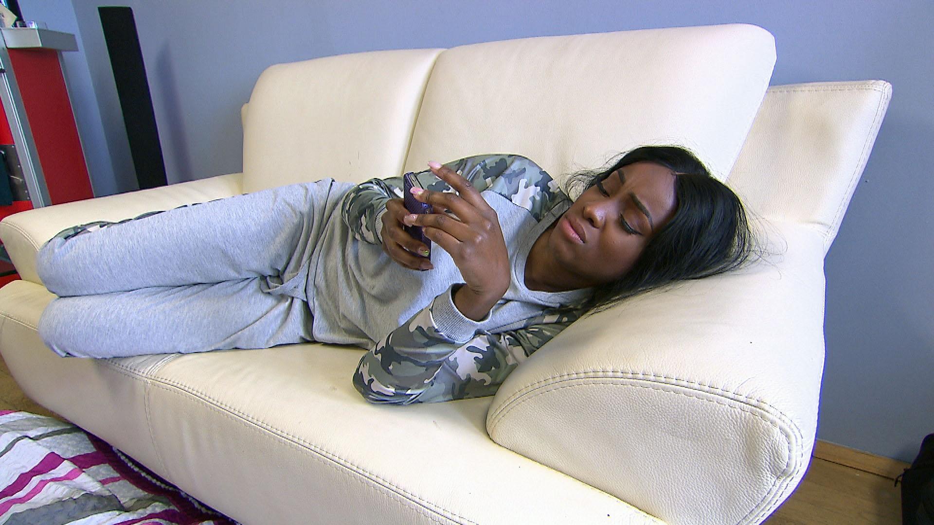 Michelle bekommt eine Nachricht von Joleen...sie denkt, dass Michelle mit Felix zusammen ist...dummes Gerücht, was nervt. (Quelle: RTL 2)