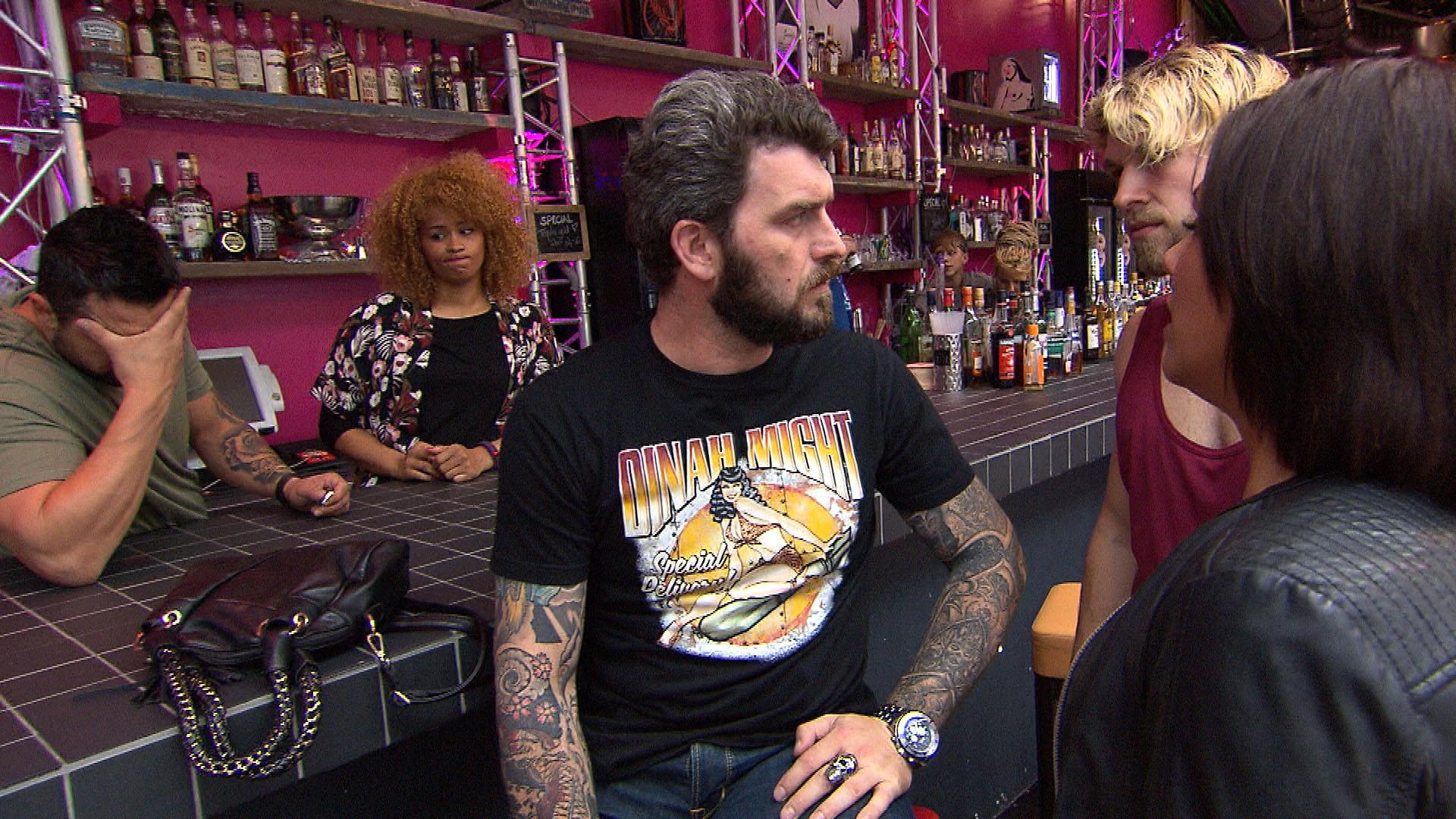 Alex Mi. kommt von seinem Biker-Treffen zurück und stellt fest, dass Sam 2.li. und Manu,li. wie angekündigt, ausziehen. (Quelle: RTL 2)
