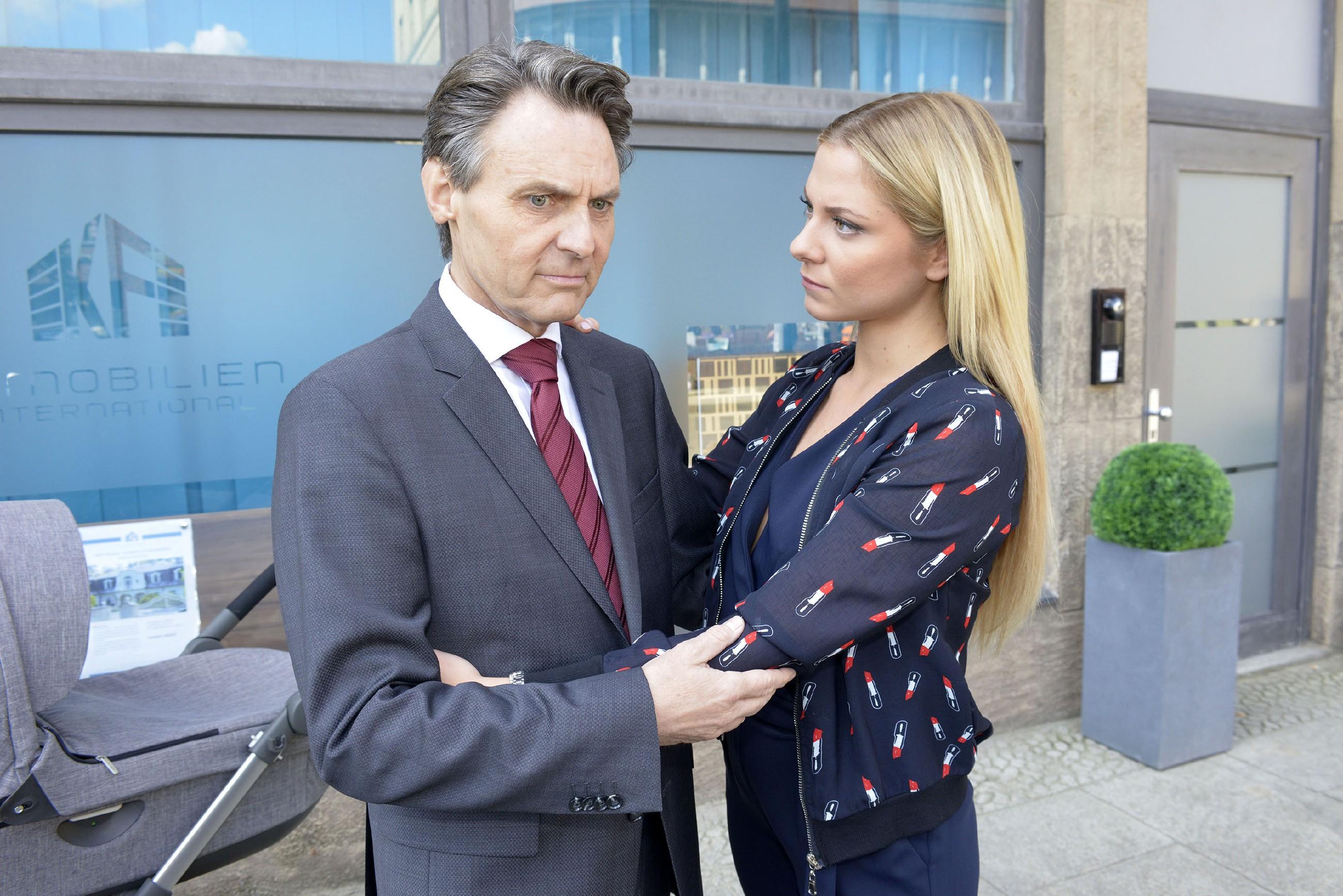 Sunny (Valentina Pahde) erkennt, wie angeschlagen Gerner (Wolfgang Bahro) nach der geplatzten Hochzeit wirklich ist. (Quelle: RTL / Rolf Baumgartner)