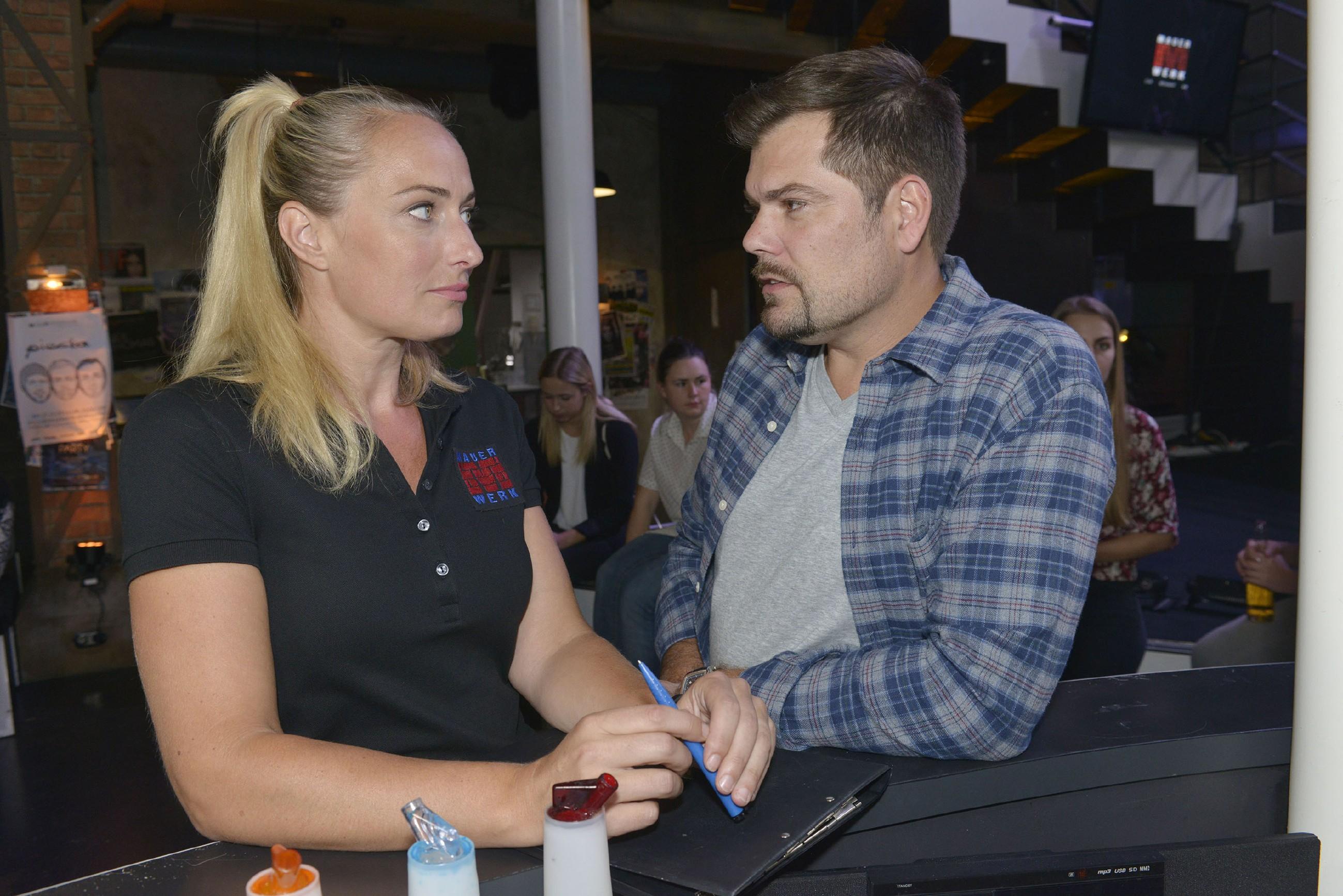 Maren (Eva Mona Rodekirchen) erzählt Leon (Daniel Fehlow) von ihrer Angst, dass die von ihr gebuchte Newcomer-Band ein Flop wird. (Quelle: RTL / Rolf Baumgartner)