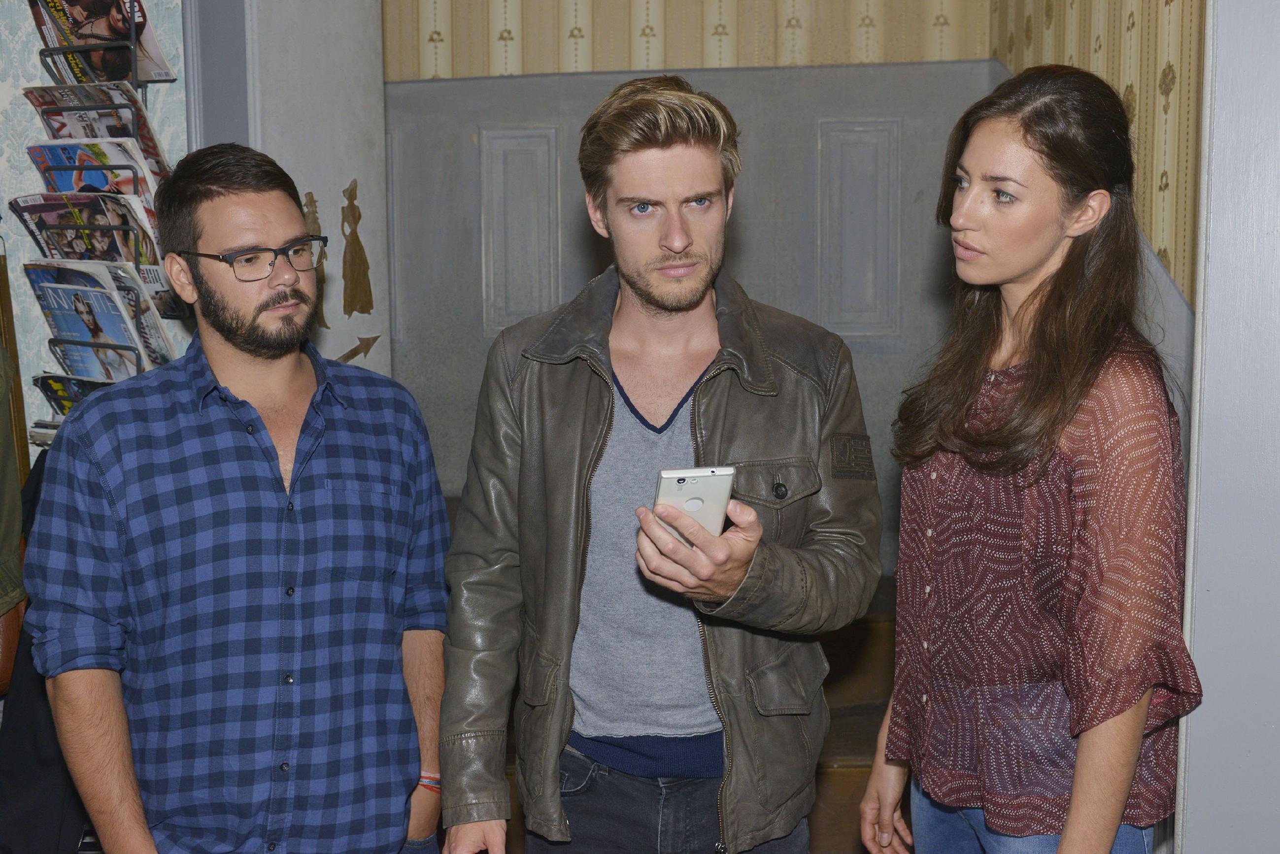 Philip (Jörn Schlönvoigt, M.) gerät im Beisein von Tuner (Thomas Drechsel) und Elena (Elena Garcia Gerlach) unter Druck, als der Betrüger sein Koks zurückverlangt. (Quelle: RTL / Rolf Baumgartner)