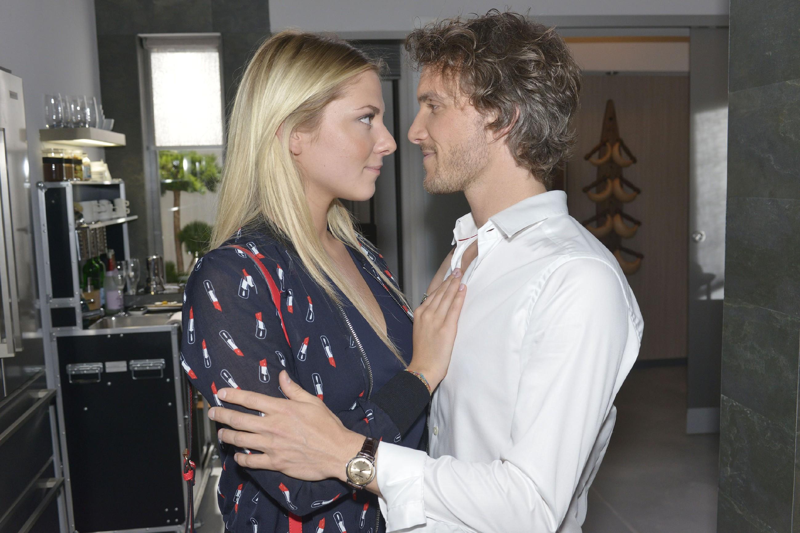 Sunny (Valentina Pahde) und Felix (Thaddäus Meilinger) nähern sich erneut an... (Quelle: RTL / Rolf Baumgartner)