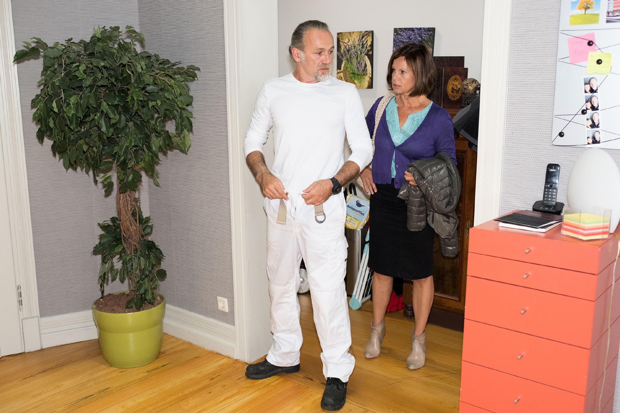 Als ein kleiner Zwischenfall Robert (Luca Maric) dazu zwingt, zu ungewohnter Zeit in der Wohnung aufzutauchen, droht seine Arbeitslosigkeit vor Irene (Petra Blossey) aufzufliegen. (Quelle: RTL / Stefan Behrens)