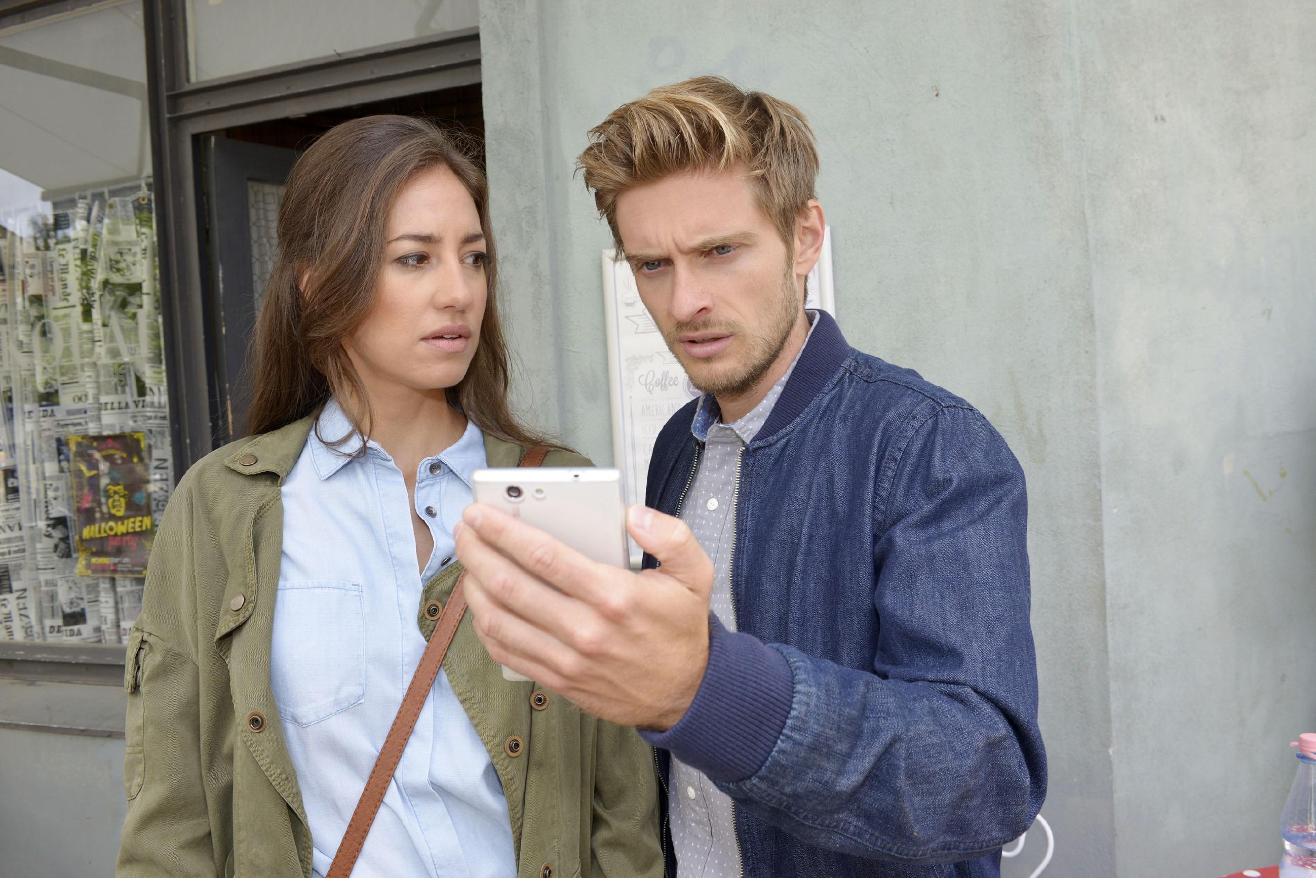 Elena (Elena Garcia Gerlach) erkennt, dass sie handeln muss, um Philips (Jörn Schlönvoigt) Kopf aus der Schlinge zu ziehen. (Quelle: RTL / Rolf Baumgartner)
